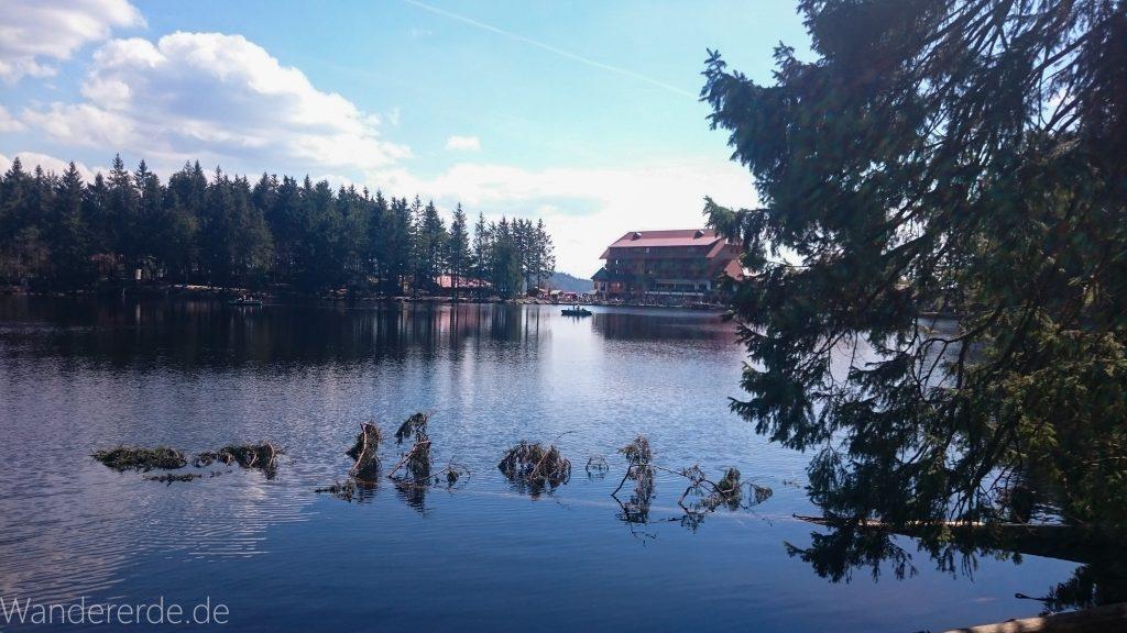 Mummelsee Hornisgrinde - Genießerpfad, Ausicht auf Mummelsee und umliegende Wälder, Restaurant und Hotel am Mummelsee