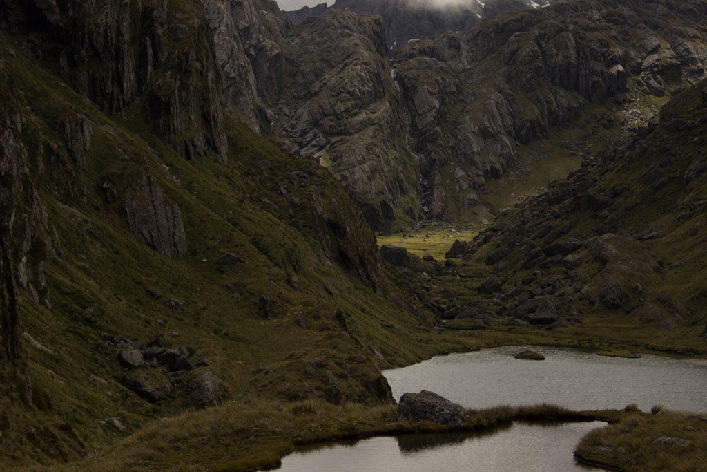Wanderung Routeburn Track - Great Walk im Fiordland Nationalpark Südinsel Neuseeland, Wanderweg Routeburn im Fiordland Nationalpark, beeindruckende Berge mit schneebedeckten Gipfeln über der Baumgrenze, herrlicher Sommertag auf Südinsel Neuseelands, traumhafte Wanderung, raues Gebirgsklima, lebensfeindlich und doch wunderschön, beeindruckend, viele kleine Gebirgsseen