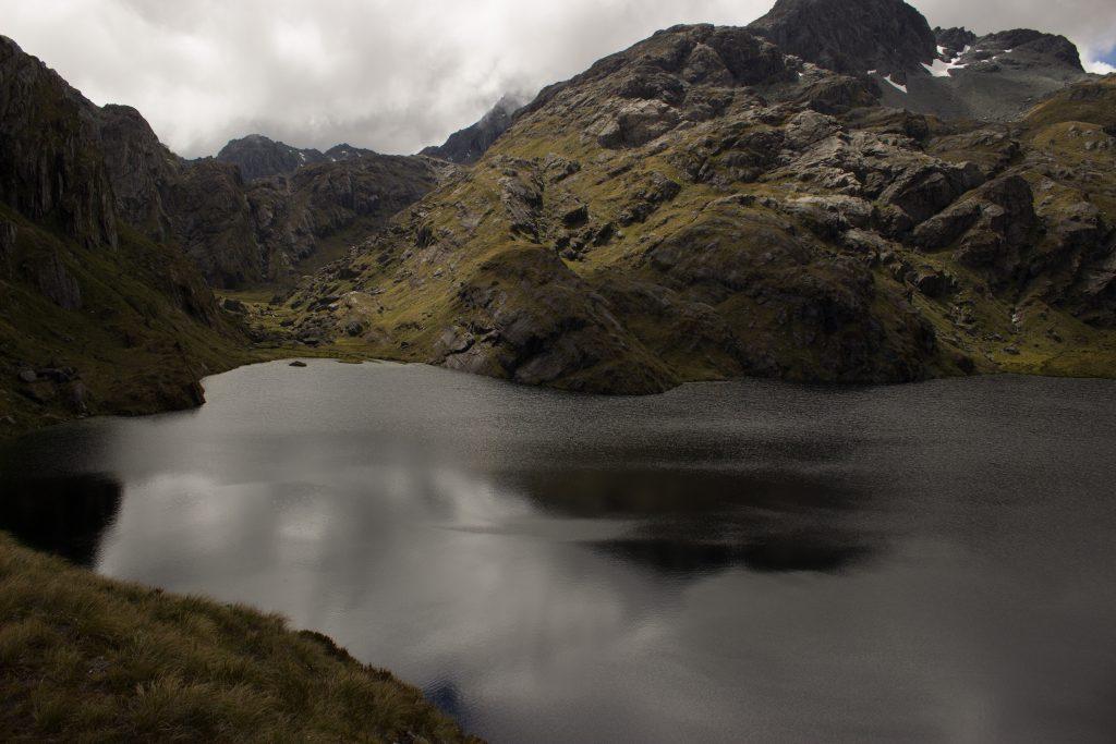 Wanderung Routeburn Track - Great Walk im Fiordland Nationalpark Südinsel Neuseeland, Wanderweg Routeburn im Fiordland Nationalpark, beeindruckende Berge mit schneebedeckten Gipfeln über der Baumgrenze, herrlicher Sommertag auf Südinsel Neuseelands, traumhafte Wanderung, raues Gebirgsklima, lebensfeindlich und doch wunderschön, beeindruckend, kalter Gebirgsseen
