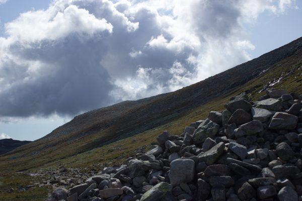 Wanderung auf den Gaustatoppen in Norwegen, startet in der Nähe des Ortes Rjukan, Blick auf Wanderweg auf den Berg Gausta, unendlich viel Geröll, beeindruckende Landschaft