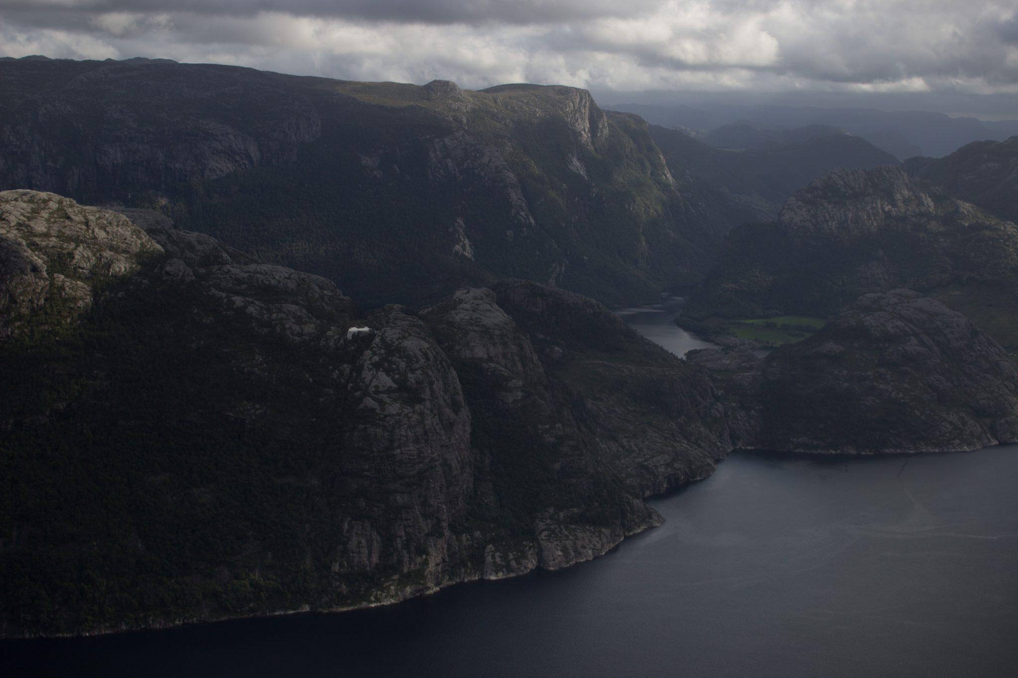 Wanderung zum Pulpit Rock Preikestolen, berühmtester Felsen in Norwegen, Blick auf Lysefjord, traumhafte Landschaft, kleine Seen und Berge