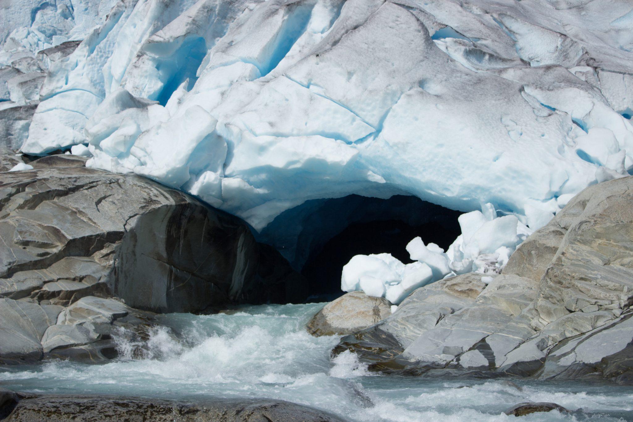 Wanderung Gletscher Nigardsbreen im Jostedalsbreen Nationalpark, Gletscherwasser schmilzt unaufhaltsam, kristallklares Gletscherwasser speist Fluß, Blick in Gletscherhöhle
