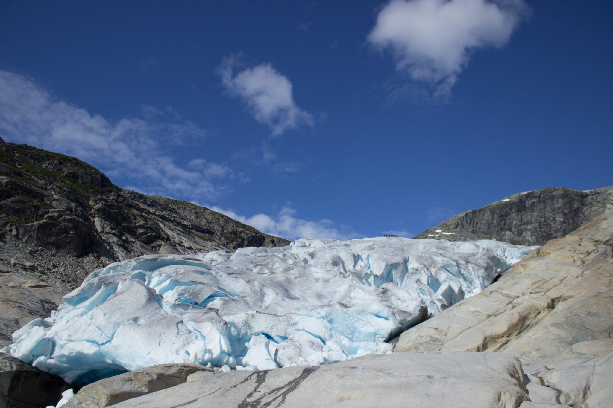 Wanderung Gletscher Nigardsbreen im Jostedalsbreen Nationalpark, Gletscherwasser schmilzt unaufhaltsam, kristallklares Gletscherwasser speist Fluß