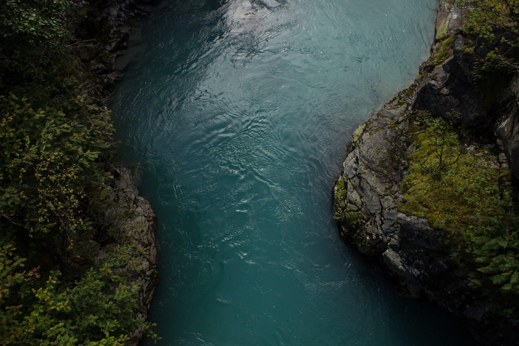Wanderung zum Vettisfossen Wasserfall, höchster unregulierter Wasserfall in Norwegen, Blick von Brücke auf sehr klares Wasser im Fluß