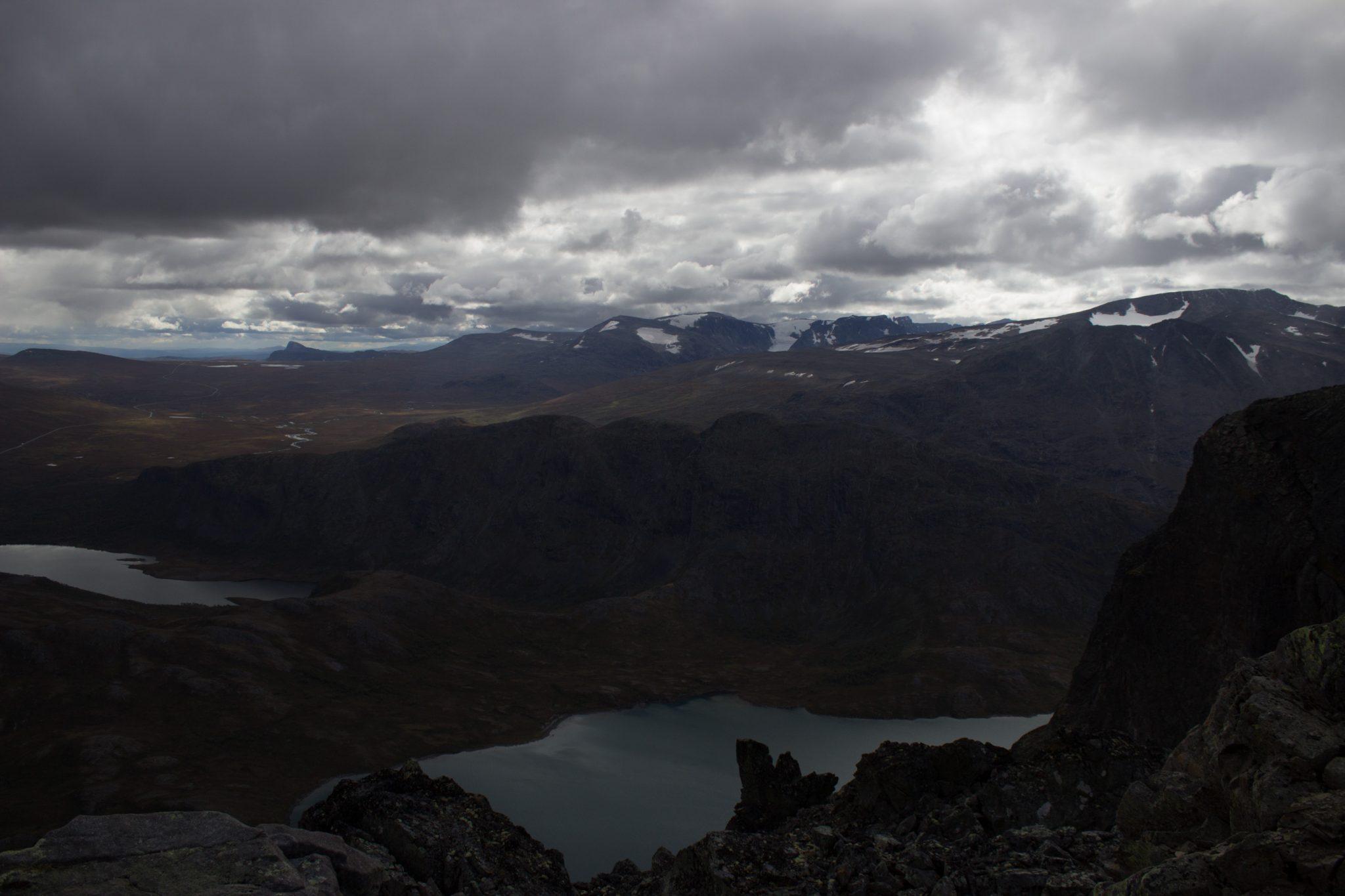 Wanderung Besseggen-Grat im Jotunheimen Nationalpark, Aussicht auf wunderschönen Seen und umgebende Berge, Wetterumschwung von Sonnenschein zu dichter Bewölkung