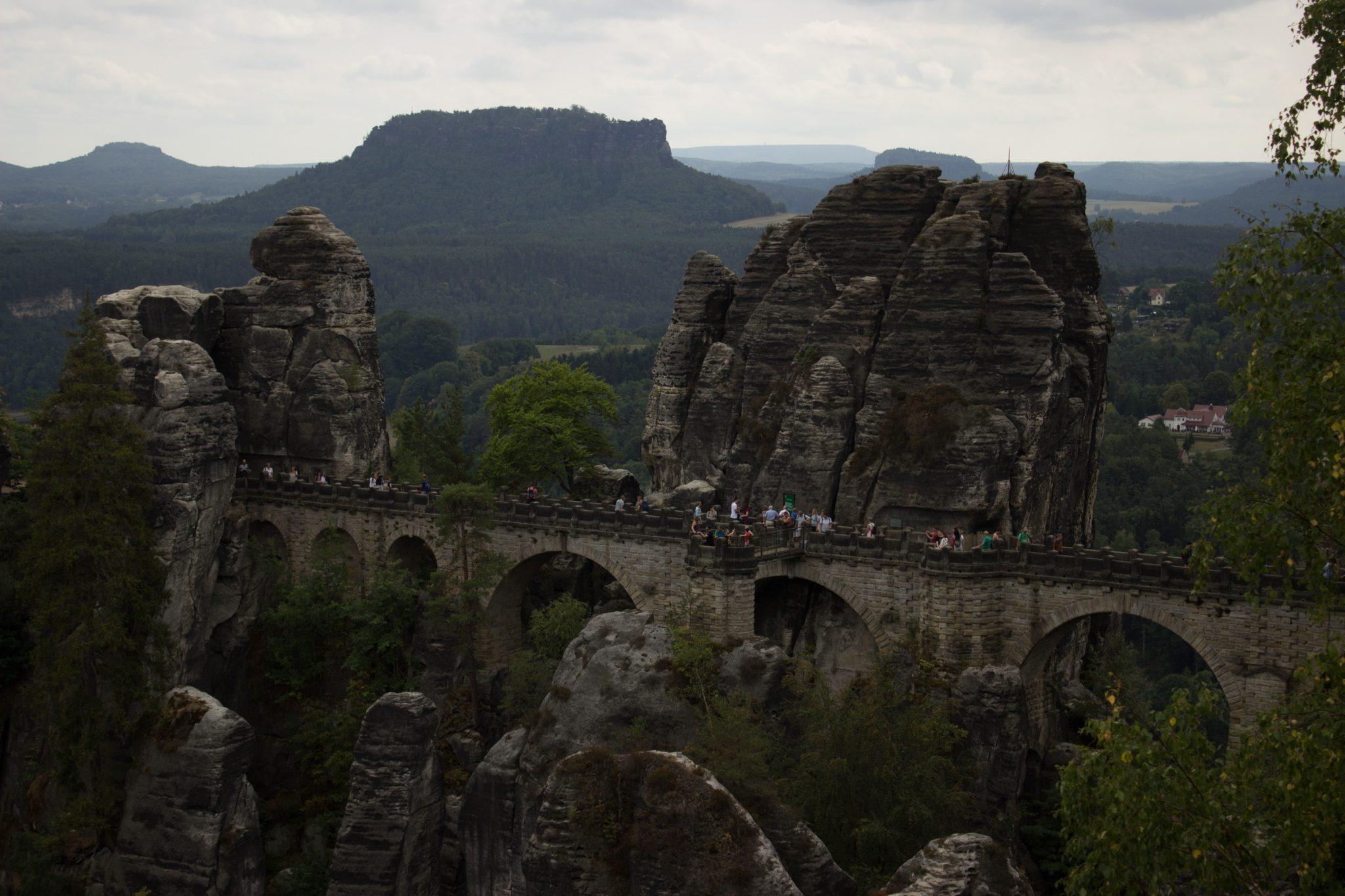Wanderung durch Polenztal zur Bastei und zu Schwedenlöcher, Aussicht auf die berühmte Basteibrücke, viele beeindruckende Felsen, weniger Menschen anzutreffen als gedacht, Wanderparadies sächsische Schweiz