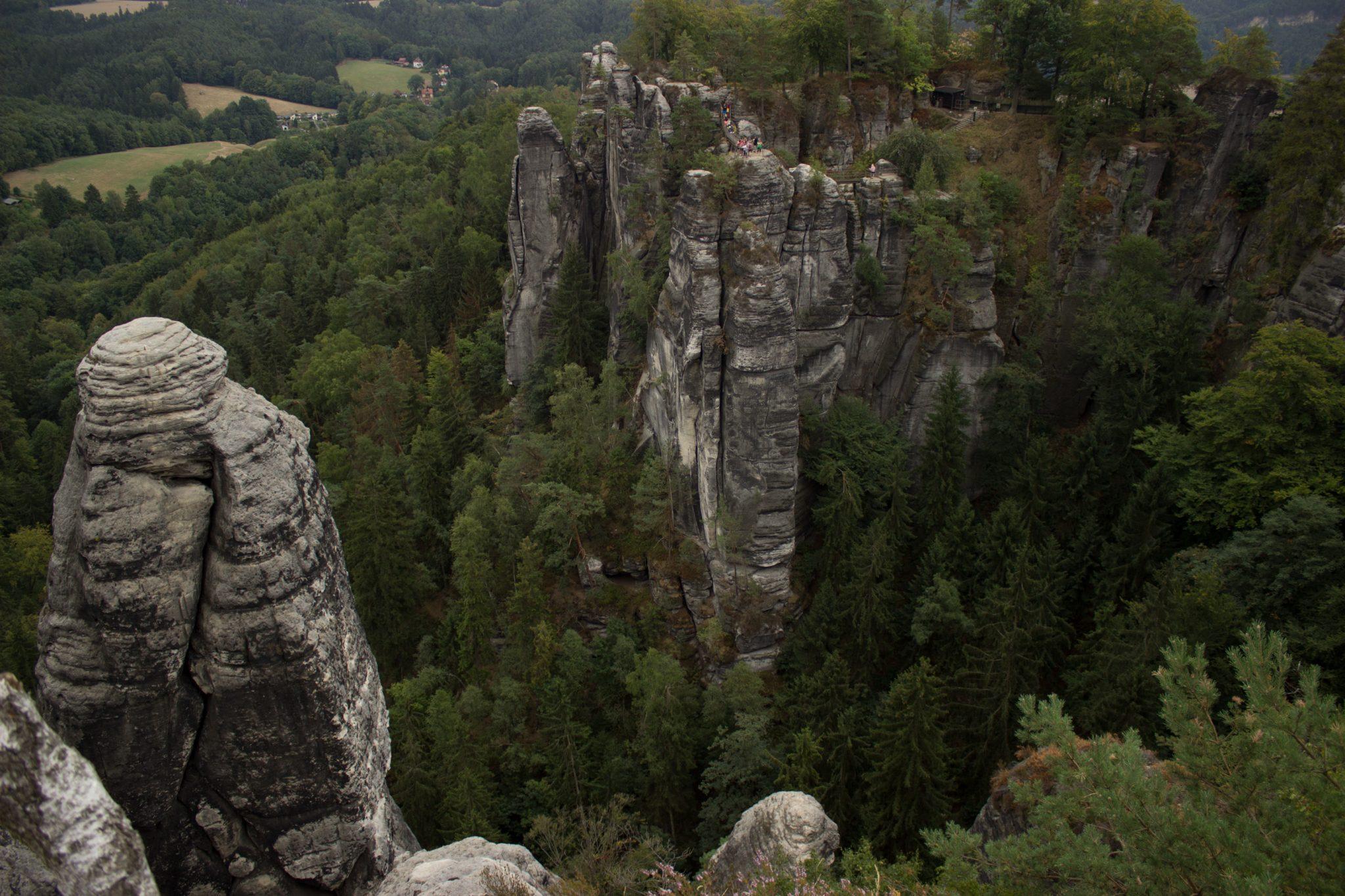 Wanderung durch Polenztal zur Bastei und zu Schwedenlöcher, Aussicht bei der Bastei, große Felsen und Wald