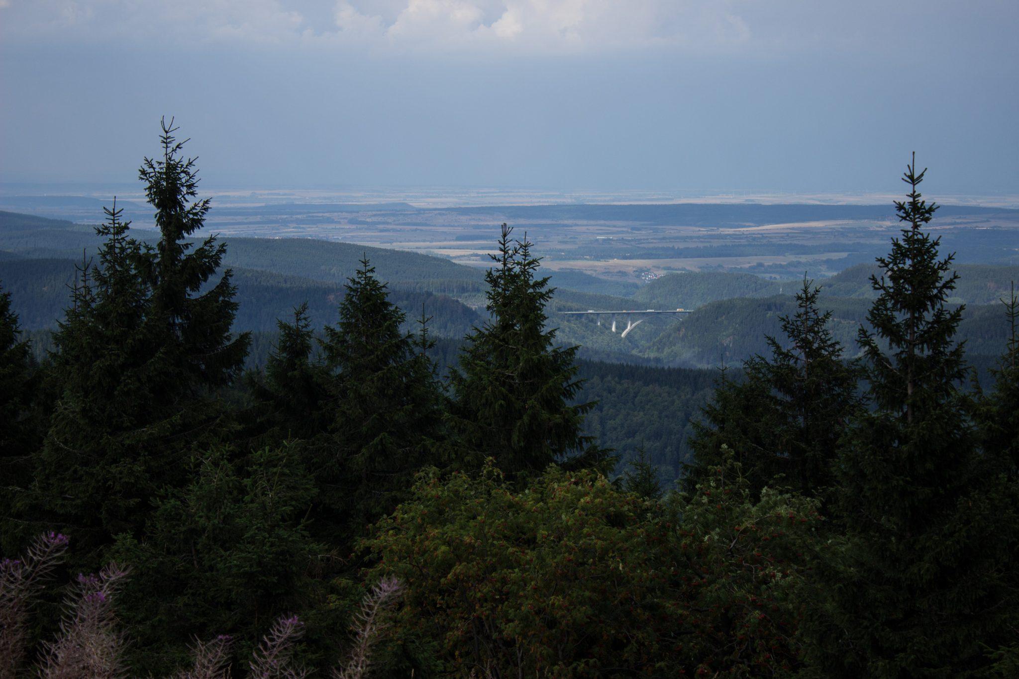 Großer Beerberg Schneekopf und Teufelskanzel, Gipfeltour Wanderung im Thüringer Wald, Aussicht auf Thüringer Wald und Brücke