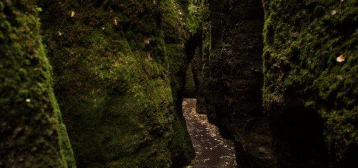 Drachenschlucht und Landgrafenschlucht - Schluchtentour bei Eisenach wandern, sehr schmaler Weg durch Drachenschlucht, gemachter Weg über Metallgitter, riesige Felswände
