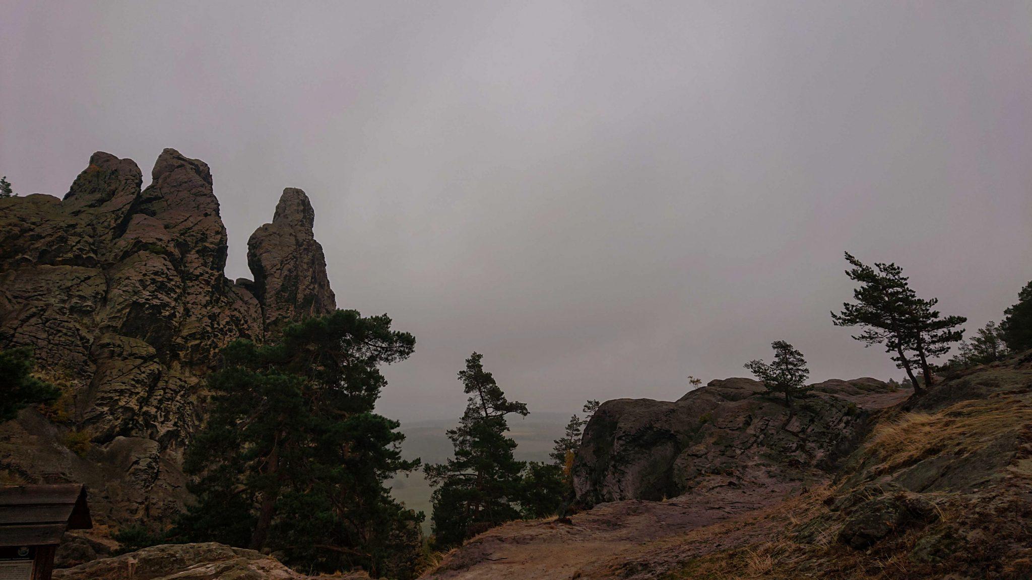 Rundwanderung auf der Blankenburger Teufelsmauer, Felsformation und Aussicht auf  umliegende Landschaft, Beginn des Wanderwegs Blankenburger Teufelsmauer