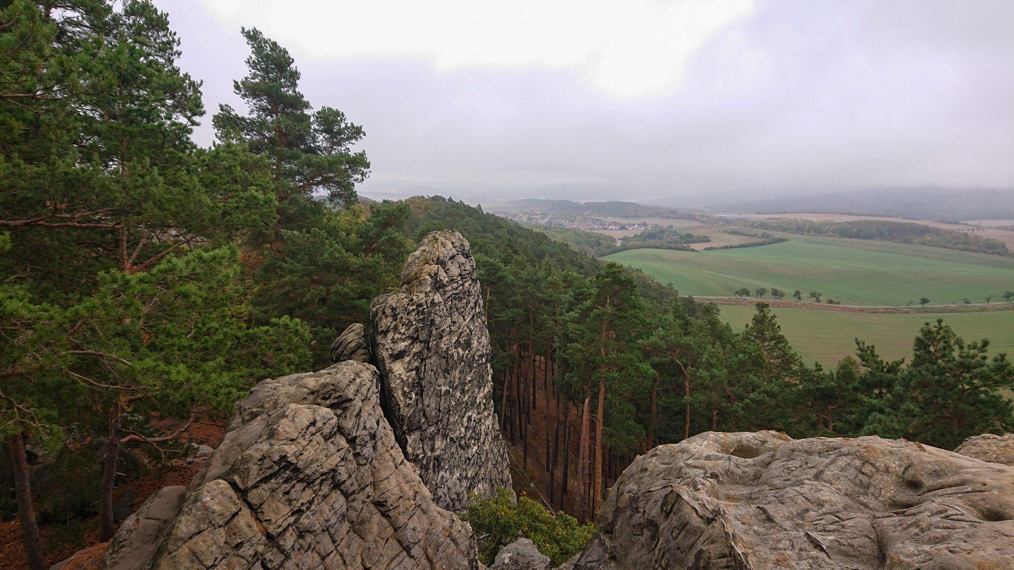 Rundwanderung auf der Blankenburger Teufelsmauer, Felsformation und Aussicht auf  umliegende Landschaft und angrenzenden Wald
