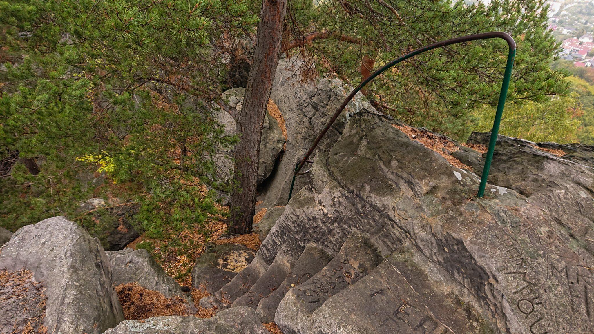 Rundwanderung auf der Blankenburger Teufelsmauer, Felsformation, Stufen in Stein geschlagen mit Trittsicherung, angrenzender Wald