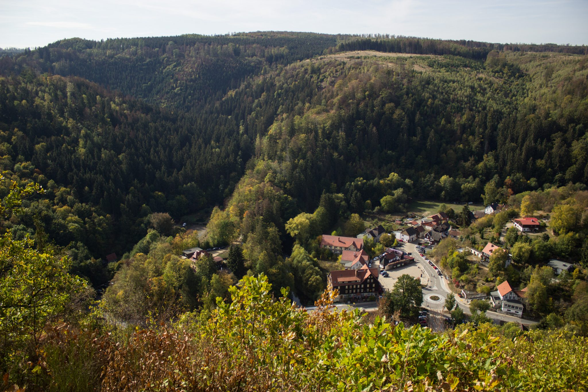 Rundwanderung Thale nach Treseburg - über Hexentanzplatz, Bodetal und Roßtrappe, Ende des Wanderwegs zwischen Thale und Treseburg, Blick auf Treseburg von oben, von dichtem Wald umgeben