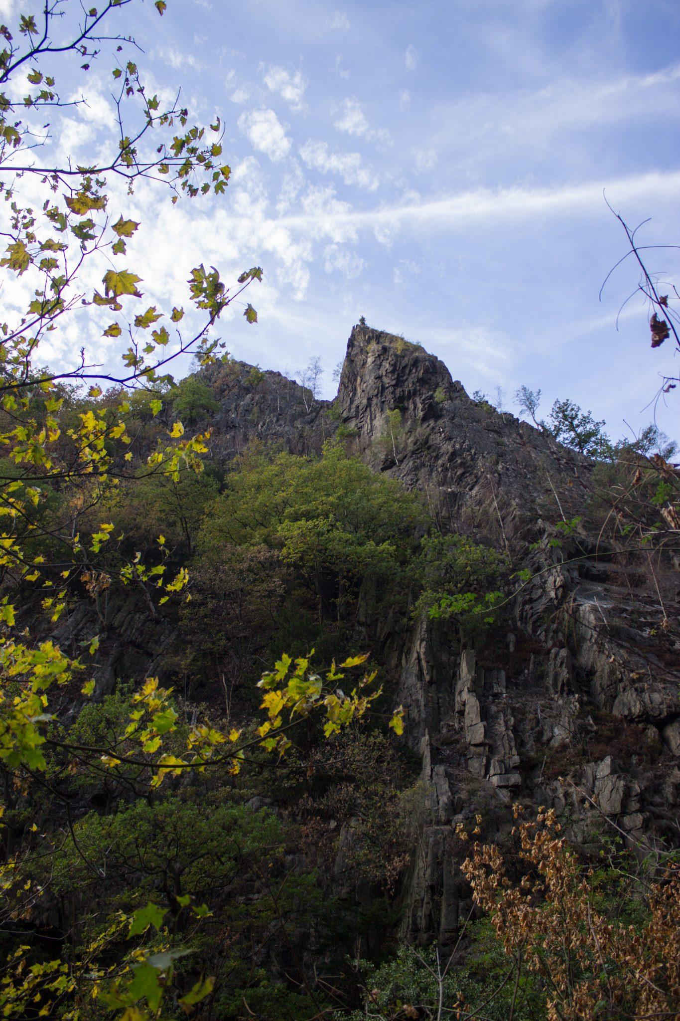 Rundwanderung Thale nach Treseburg - über Hexentanzplatz, Bodetal und Roßtrappe, beeindruckende Aussicht im Bodetal auf riesige Steilwände aus Fels, große tiefe Schlucht um Fluß Bode im Bodetal, in der Nähe von Thale