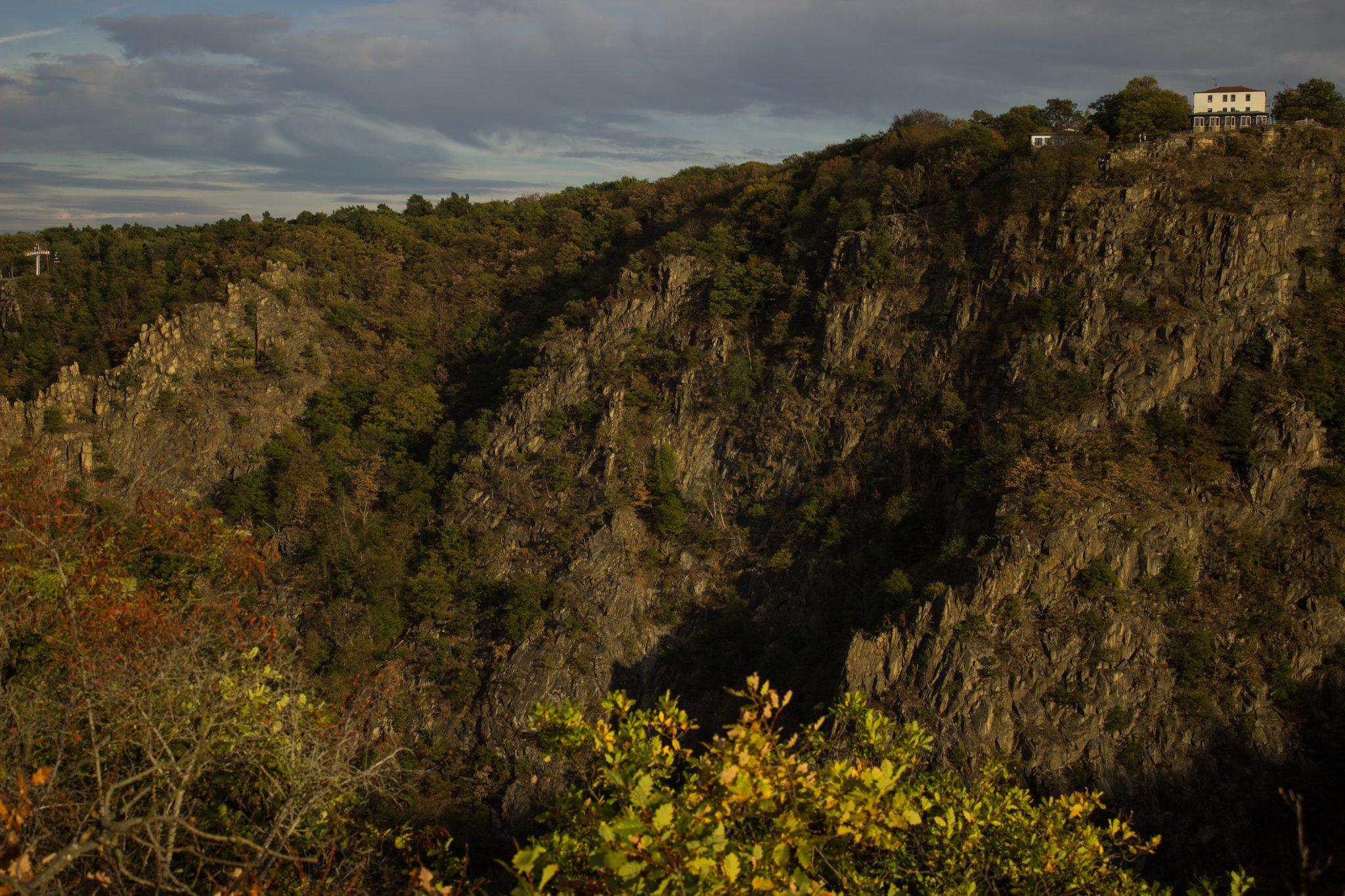 Rundwanderung Thale nach Treseburg - über Hexentanzplatz, Bodetal und Roßtrappe, beeindruckende Aussicht von der Roßtrappe auf den gegenüberliegenden Hexentanzplatz, riesige Steilwände aus Fels und Blick auf beeindruckende Landschaft, große tiefe Schlucht beim Fluß Bode im Bodetal, in der Nähe von Thale beim Aussichtspunkt Roßtrappe