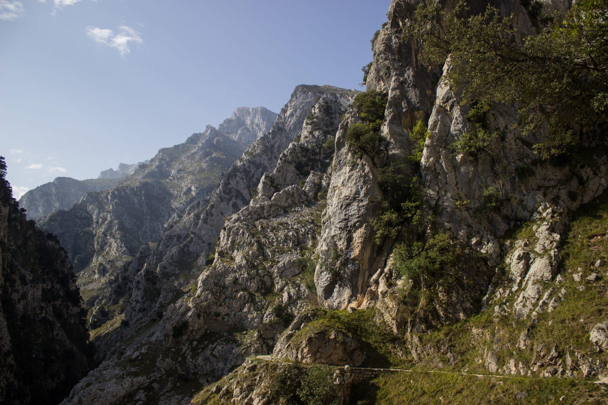 Ruta del Cares wandern in den Picos de Europa, Wanderung durch die göttliche Schlucht im Nationalpark Picos de Europa im Norden von Spanien, schmaler Wanderweg durch die Schlucht im Cares Tal, atemberaubende und abwechslungsreiche Aussicht, steile Felswände, tiefe Schlucht mit Fluss Cares