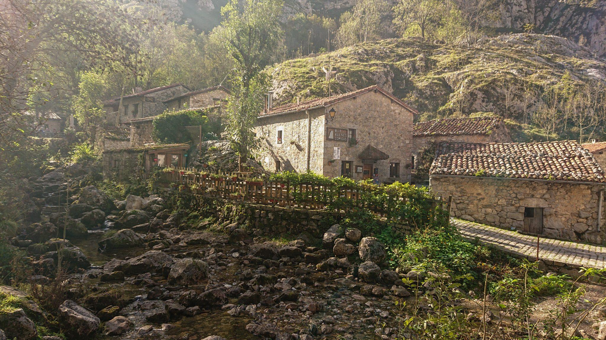 Wanderung Poncebos nach Bulnes in den Picos de Europa, kleiner Ort Bulnes mit wenigen Häusern, am kleinen Fluss, mit Auto nicht erreichbar