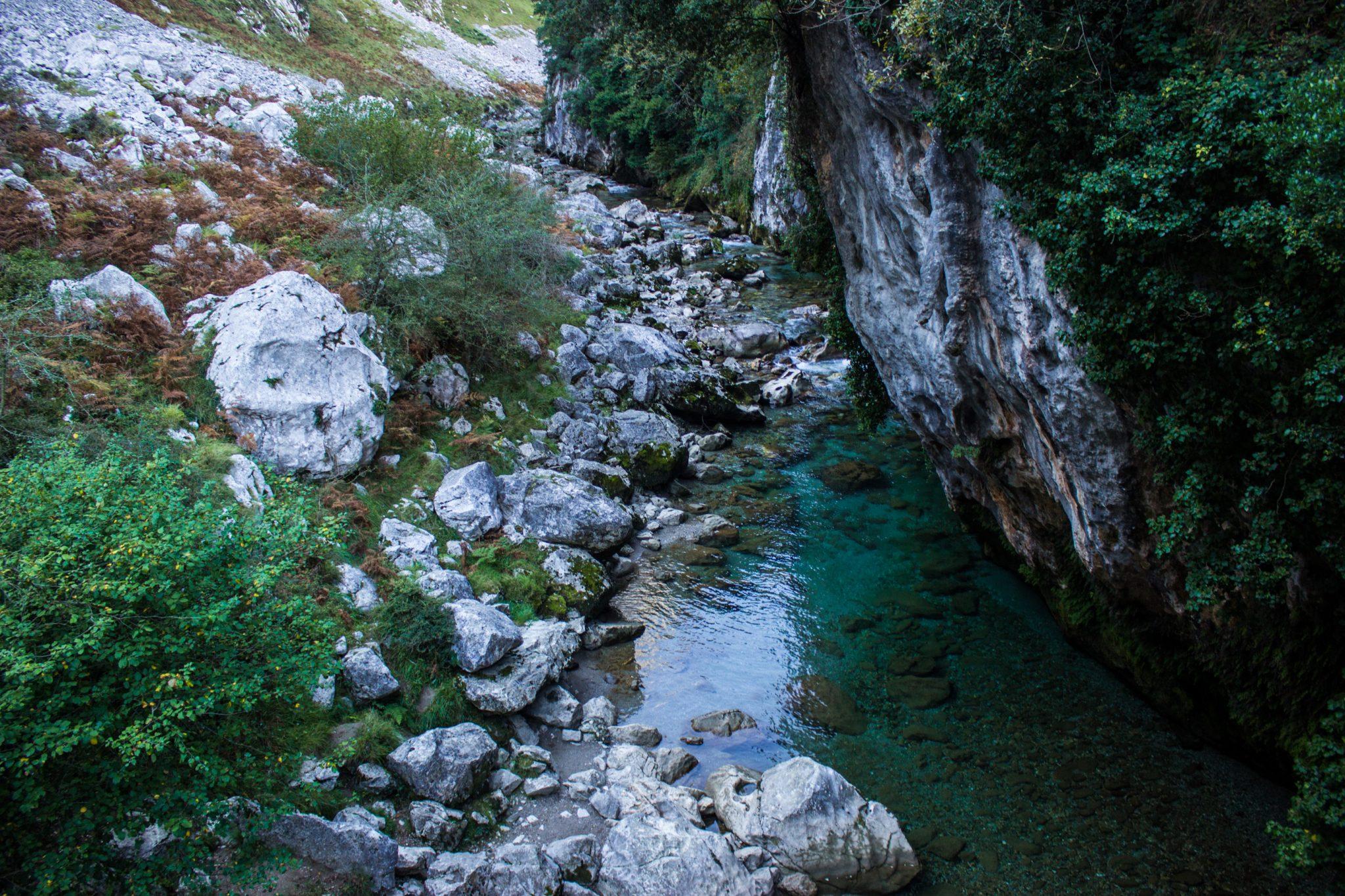 Wanderung Poncebos nach Bulnes in den Picos de Europa, Überquerung des Flusses Cares, kristallklares Wasser, Felswand