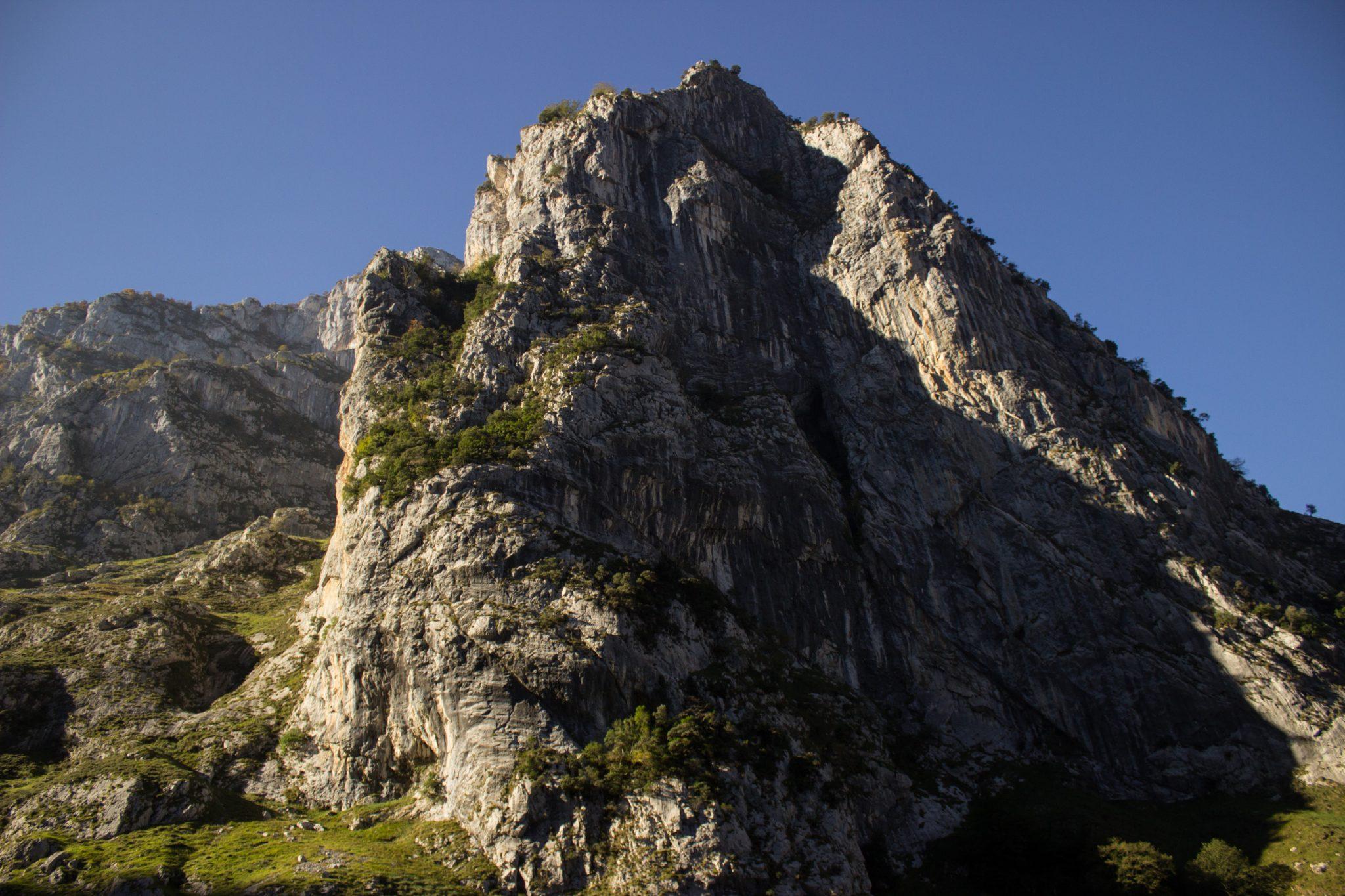 Wanderung Poncebos nach Bulnes in den Picos de Europa, schönes Herbstwetter zum Wandern mit Sonnenschein, Felswände