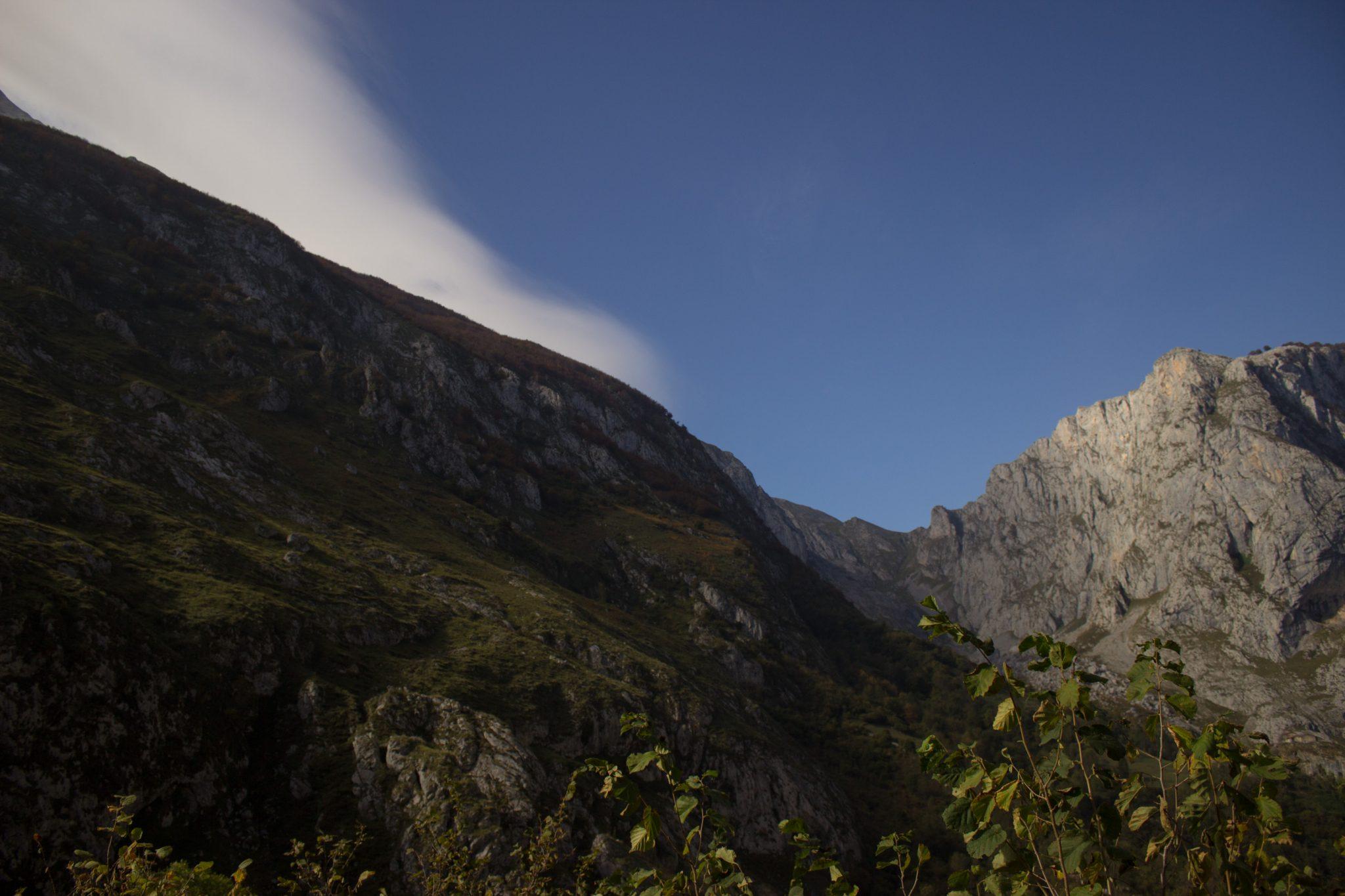 Wanderung Poncebos nach Bulnes in den Picos de Europa, schönes Herbstwetter zum Wandern mit Sonnenschein, hohe und steile Felswände