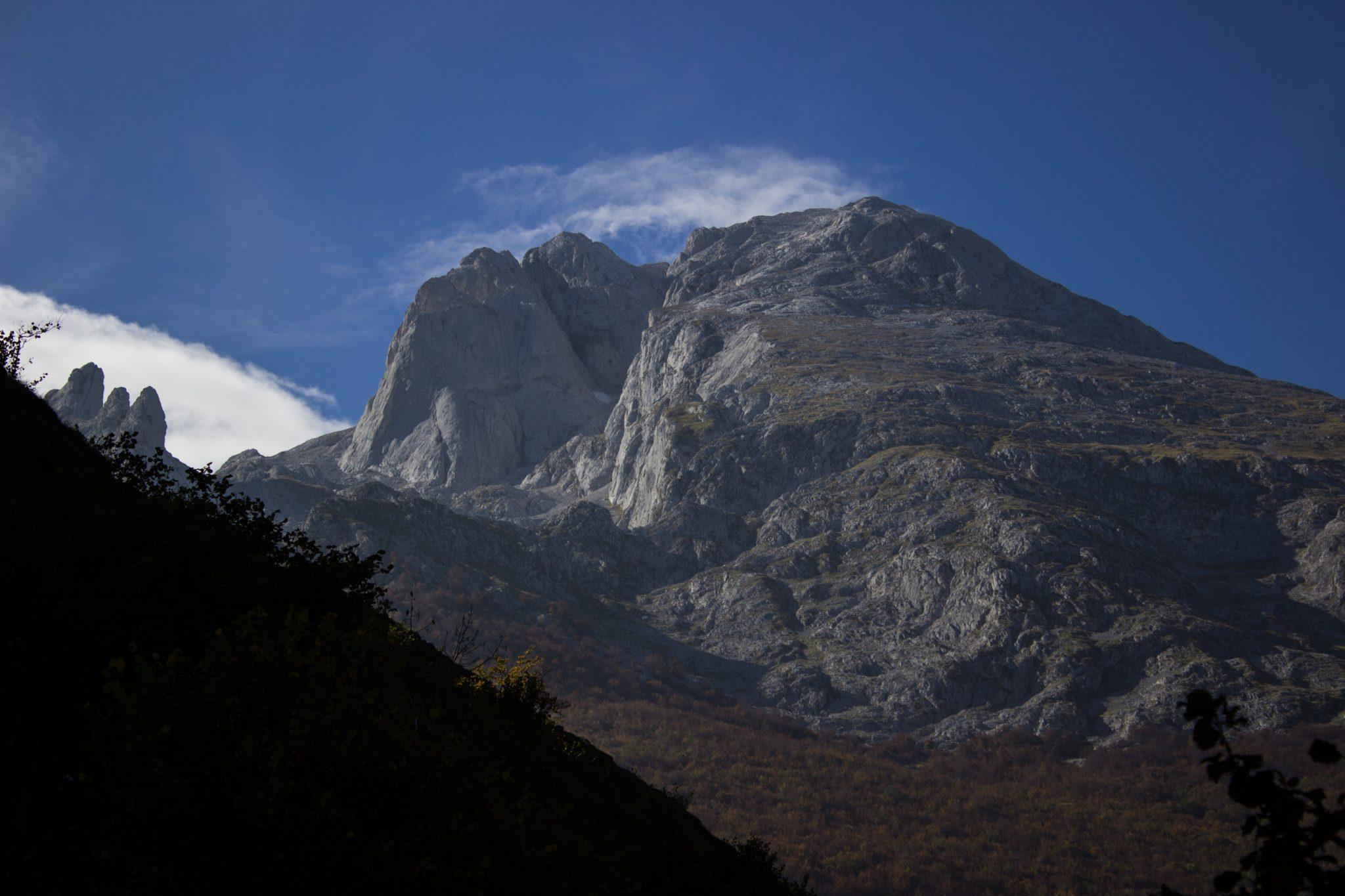 Wanderung Poncebos nach Bulnes in den Picos de Europa, schönes Herbstwetter zum Wandern mit Sonnenschein, Felswände und viele beeindruckende Berge