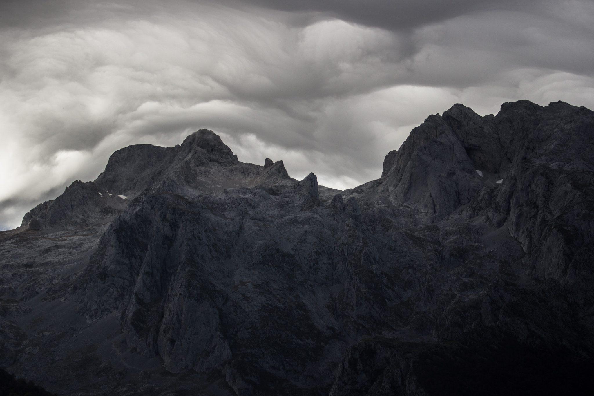 Wanderung Poncebos nach Bulnes in den Picos de Europa, schönes Herbstwetter zum Wandern, dichte Wolkenschicht, Felswände und viele beeindruckende Berge