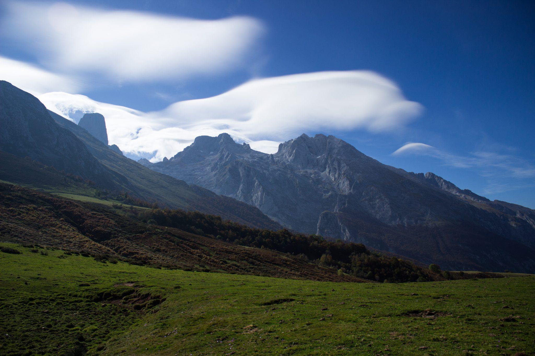 Wanderung Poncebos nach Bulnes in den Picos de Europa, Ausblick auf Berg Naranjo de Bulnes, auch Picu Urriellu, bekanntester Berg in Picos de Europa, auf der Ebene Collado de Pandebano