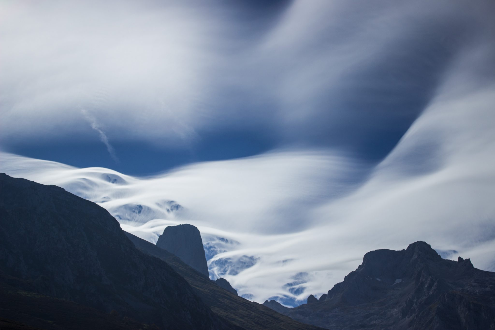 Wanderung Poncebos nach Bulnes in den Picos de Europa, Ausblick auf Berg Naranjo de Bulnes, auch Picu Urriellu, bekanntester Berg in Picos de Europa, Wolken sehen schön aus