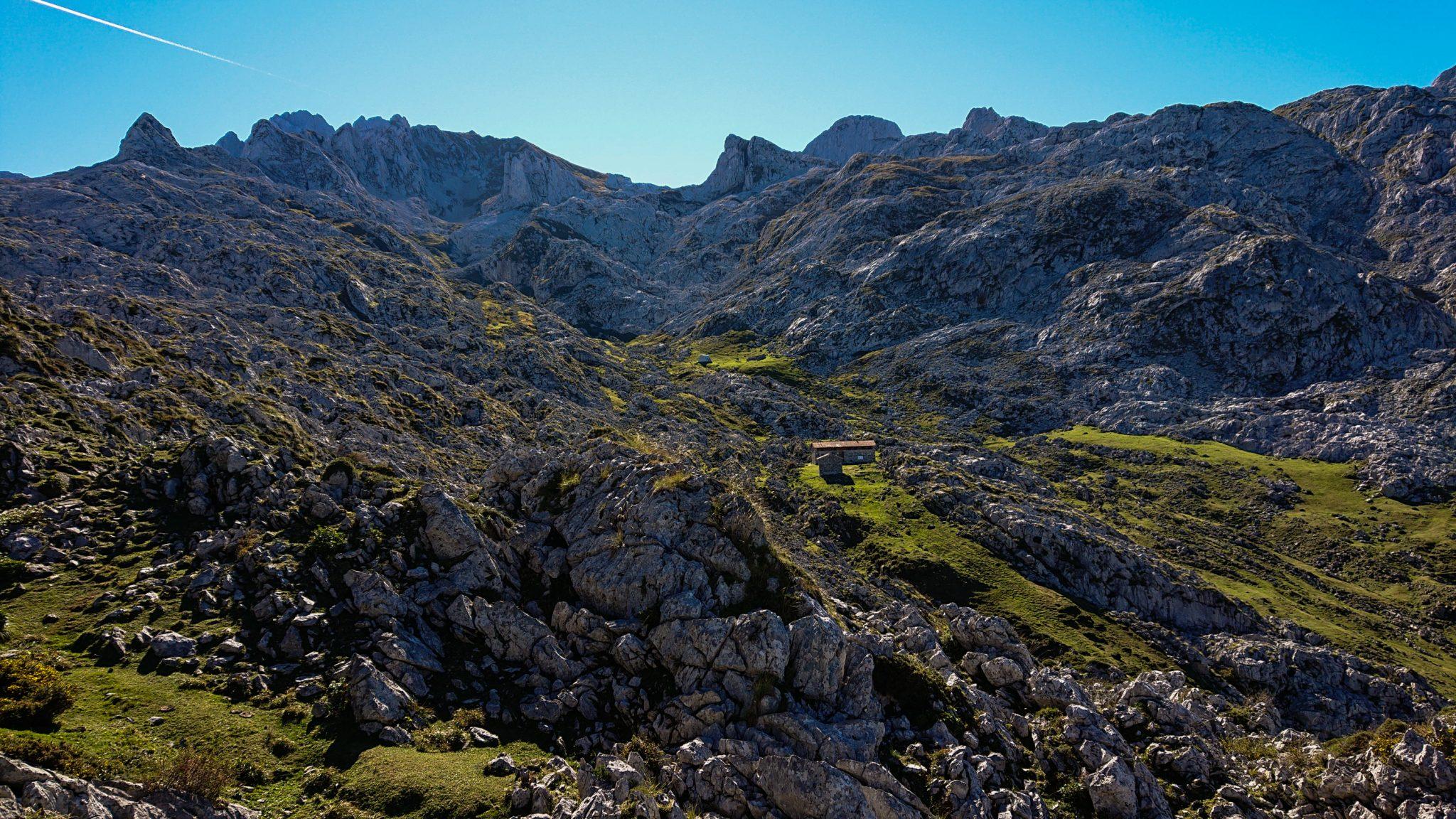 Wanderung Mirador de Ordiales Picos de Europa Spanien, schöner schmaler und einsamer Wanderweg über Stock und Stein, verschiedenste Felsen