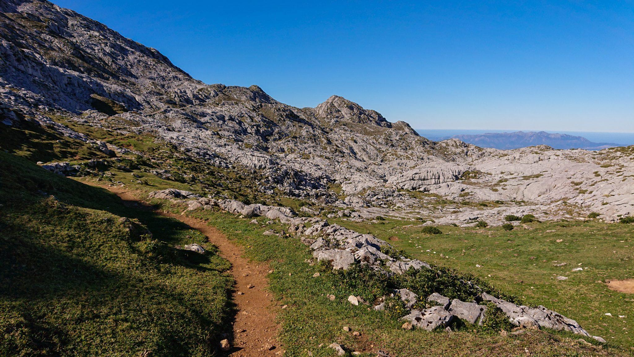 Wanderung Mirador de Ordiales Picos de Europa Spanien, schöner sehr schmaler und einsamer Wanderweg über Stock und Kieselstein, Bergregion