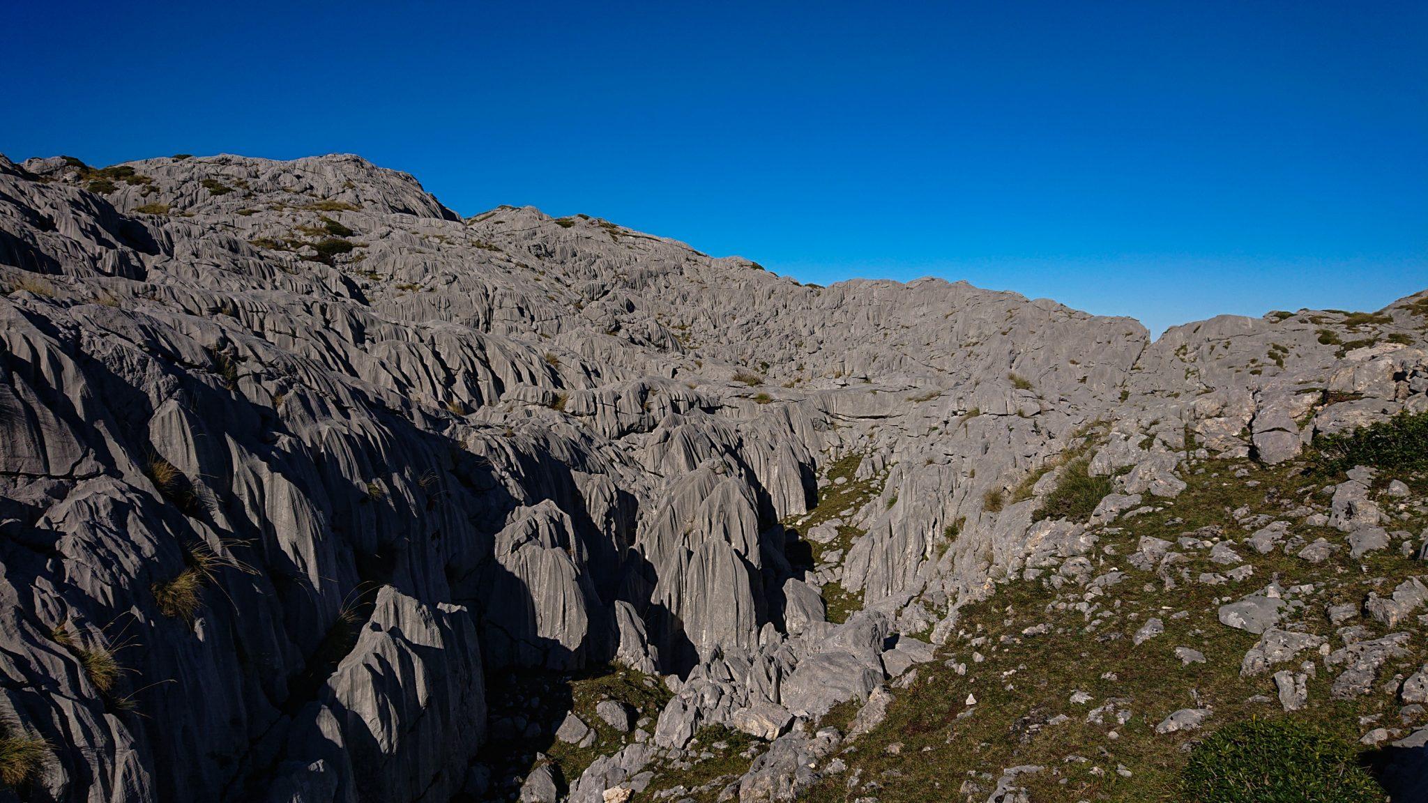 Wanderung Mirador de Ordiales Picos de Europa Spanien, schöner sehr schmaler und einsamer Wanderweg in Bergregion, zerklüftete Felsen