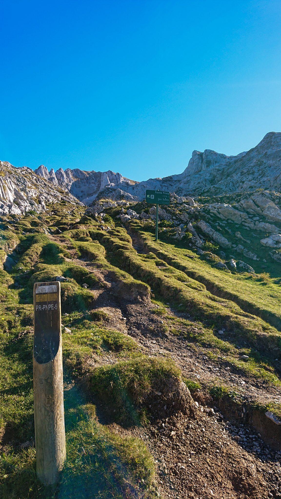 Wanderung Mirador de Ordiales Picos de Europa Spanien, schöner sehr schmaler und einsamer Wanderweg in Bergregion, Wegmarkierung gelb weiß