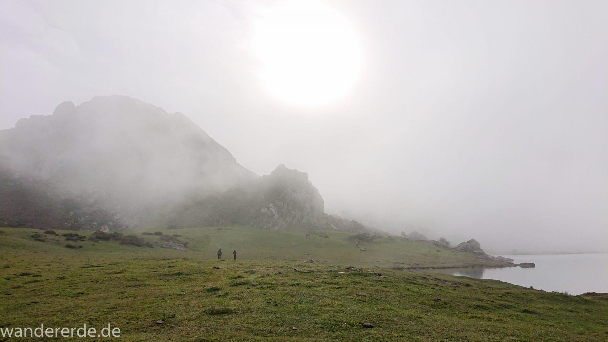 Wanderung Vega de Ario Picos de Europa Spanien, Lago Ercina, dichte Wolken, Wanderer, Berge, grüne Wiese, Sonne, schöner See