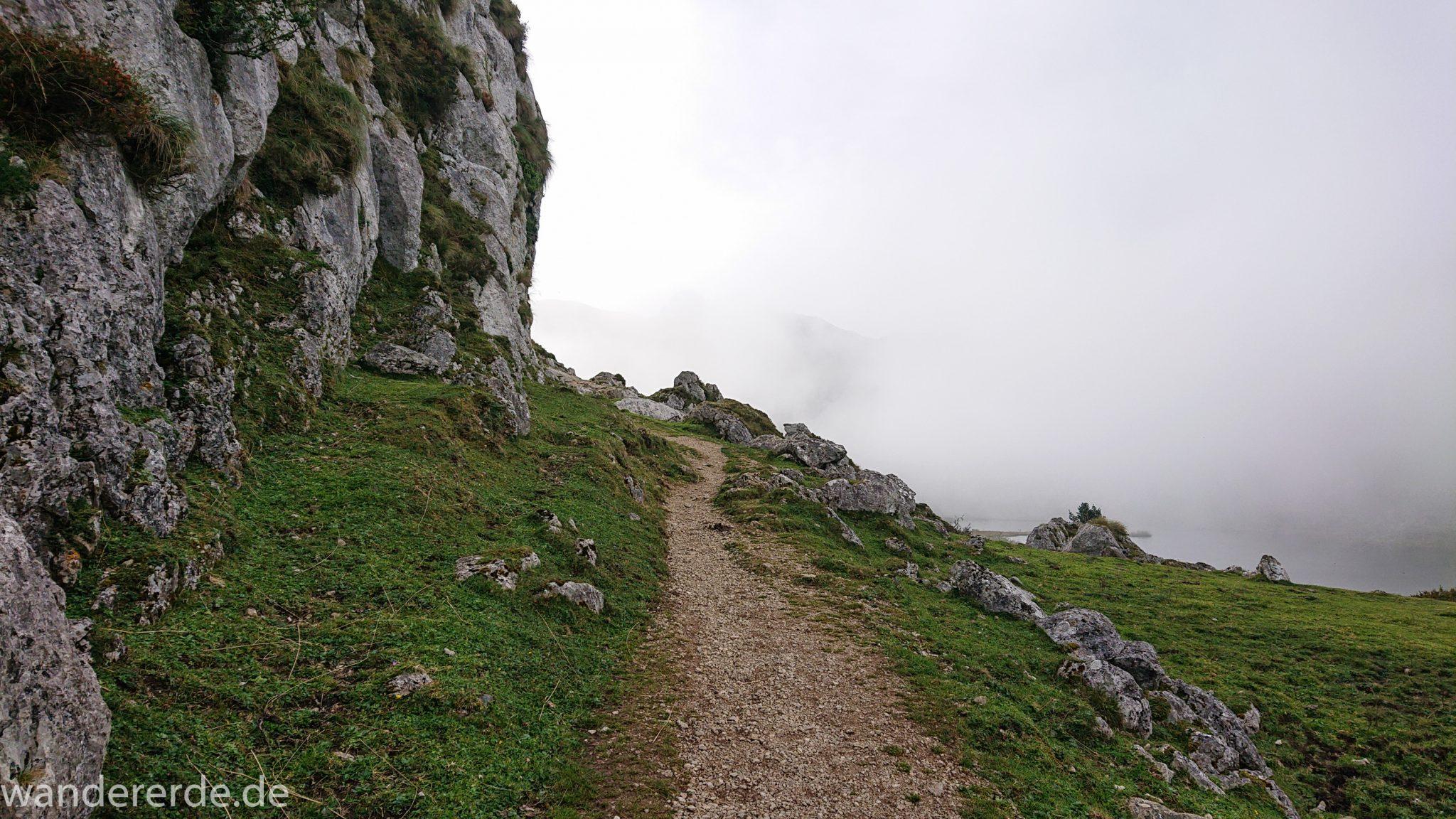 Wanderung Vega de Ario Picos de Europa Spanien, Start des Wanderwegs beim Lago Ercina, Kieselsteine, Berge, Wolken, kurze Sicht, grüne Wiesen
