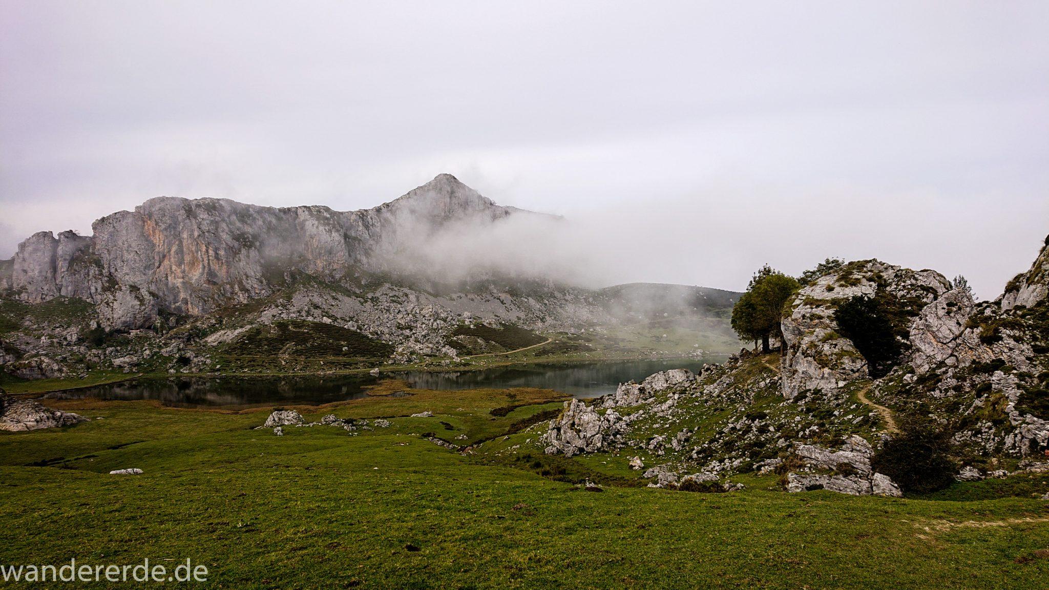 Wanderung Vega de Ario Picos de Europa Spanien, Start des Wanderwegs beim Lago Ercina, Kieselsteine, Berge, Wolkenfelder, grüne Wiesen, schmaler Wanderpfad, schöner See