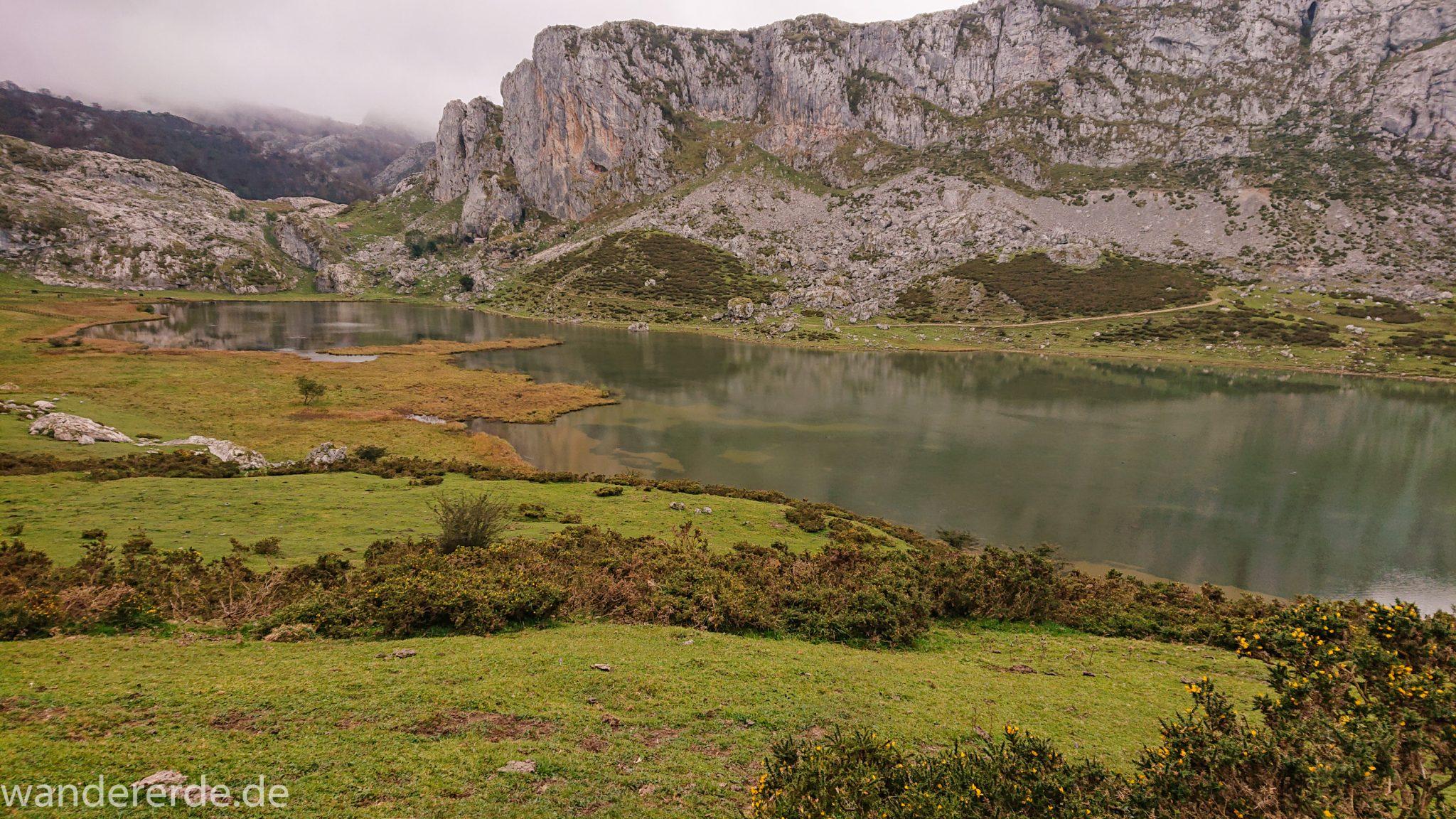 Wanderung Vega de Ario Picos de Europa Spanien, Start und Ende des Wanderwegs zum Refugio de Ario beim Lago Ercina, Berge, Wolkenfelder, grüne Wiesen und Büsche, tolle Atmosphäre, schöner See