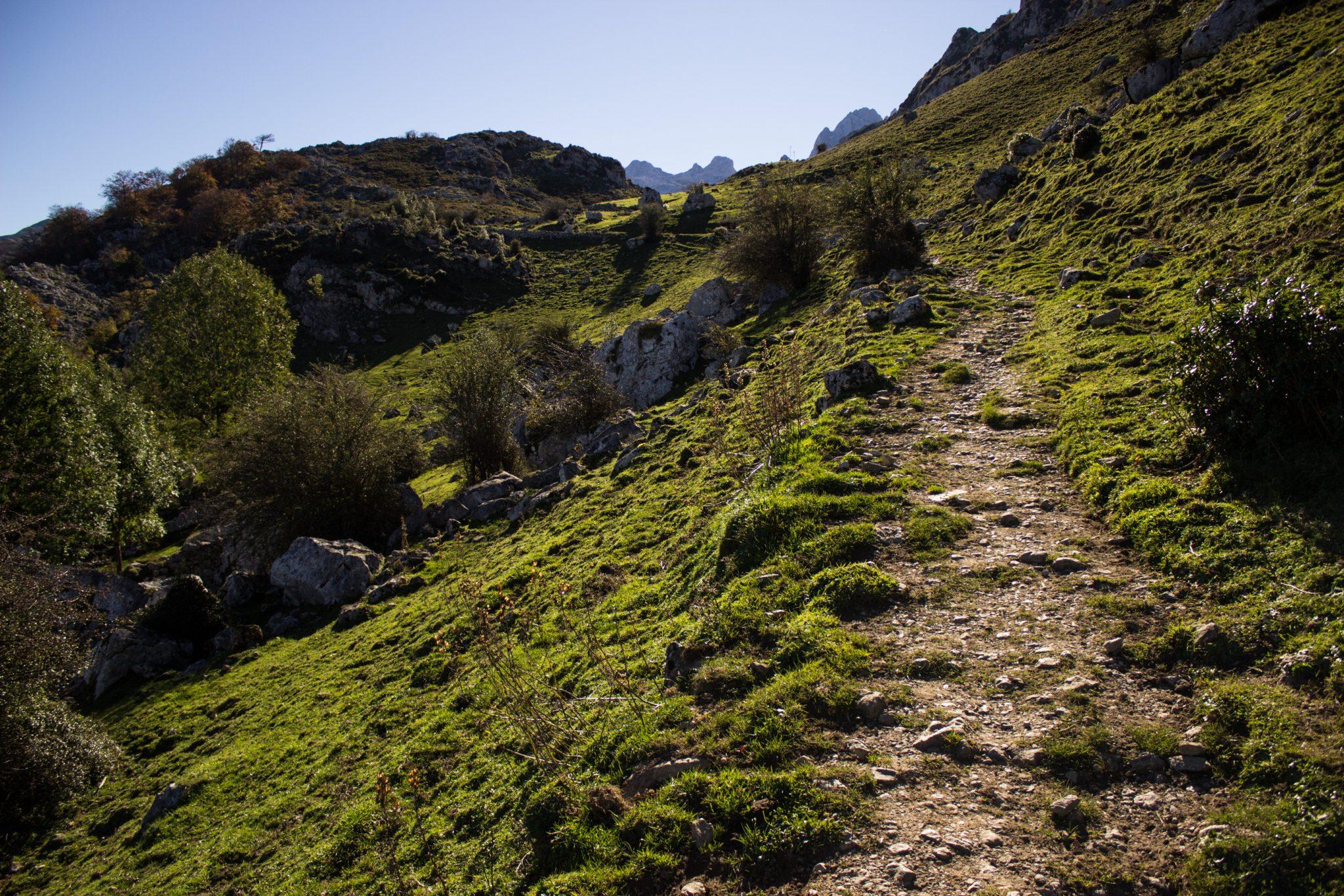 Wanderung Mirador de Ordiales Picos de Europa Spanien, Anstieg, schmaler Pfad, Hang