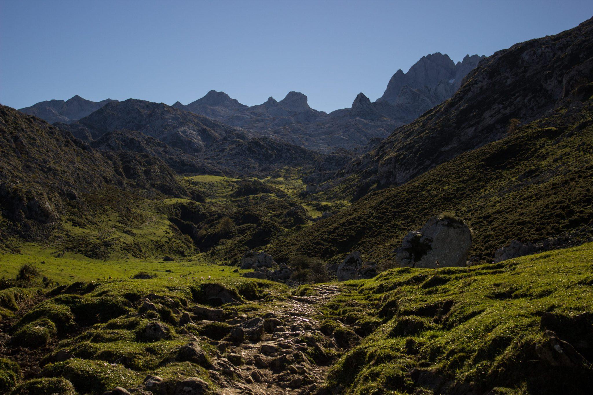 Wanderung Mirador de Ordiales Picos de Europa Spanien, Valley, Aussicht auf schöne Berge, Tal, Wanderweg zum Aussichtspunkt Mirador de Ordiales