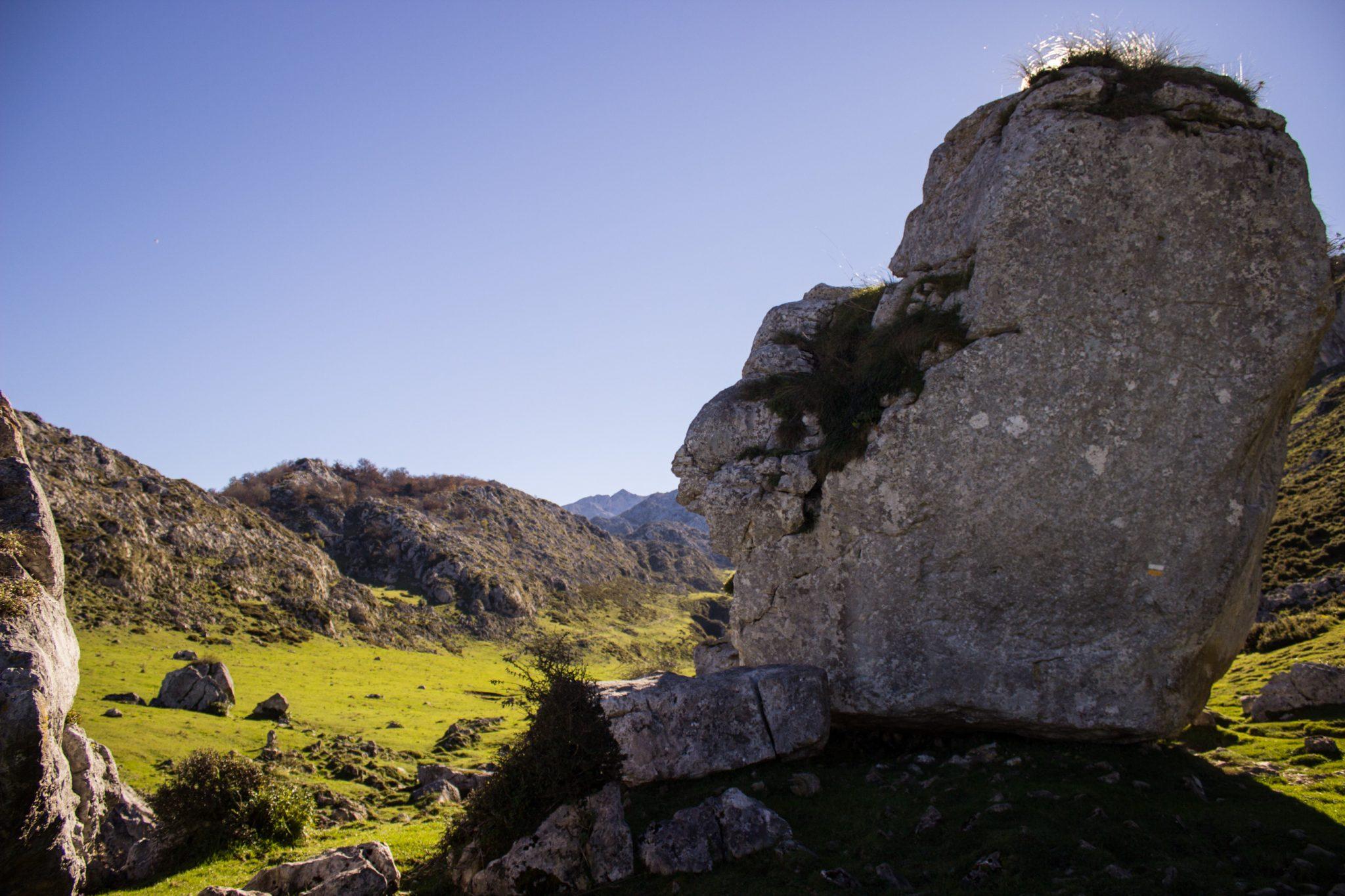 Wanderung Mirador de Ordiales Picos de Europa Spanien, Felsen, großer Findling, Sonnenschein