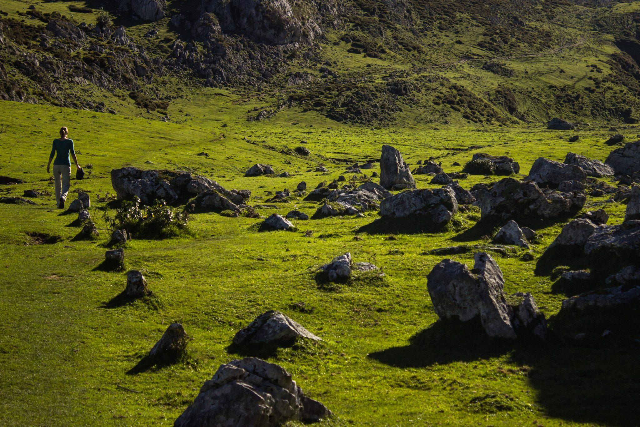 Wanderung Mirador de Ordiales Picos de Europa Spanien, saftig grüne Wiesen Ende Oktober, schönstes Wanderwetter, unendlich viele Steine und Felsen