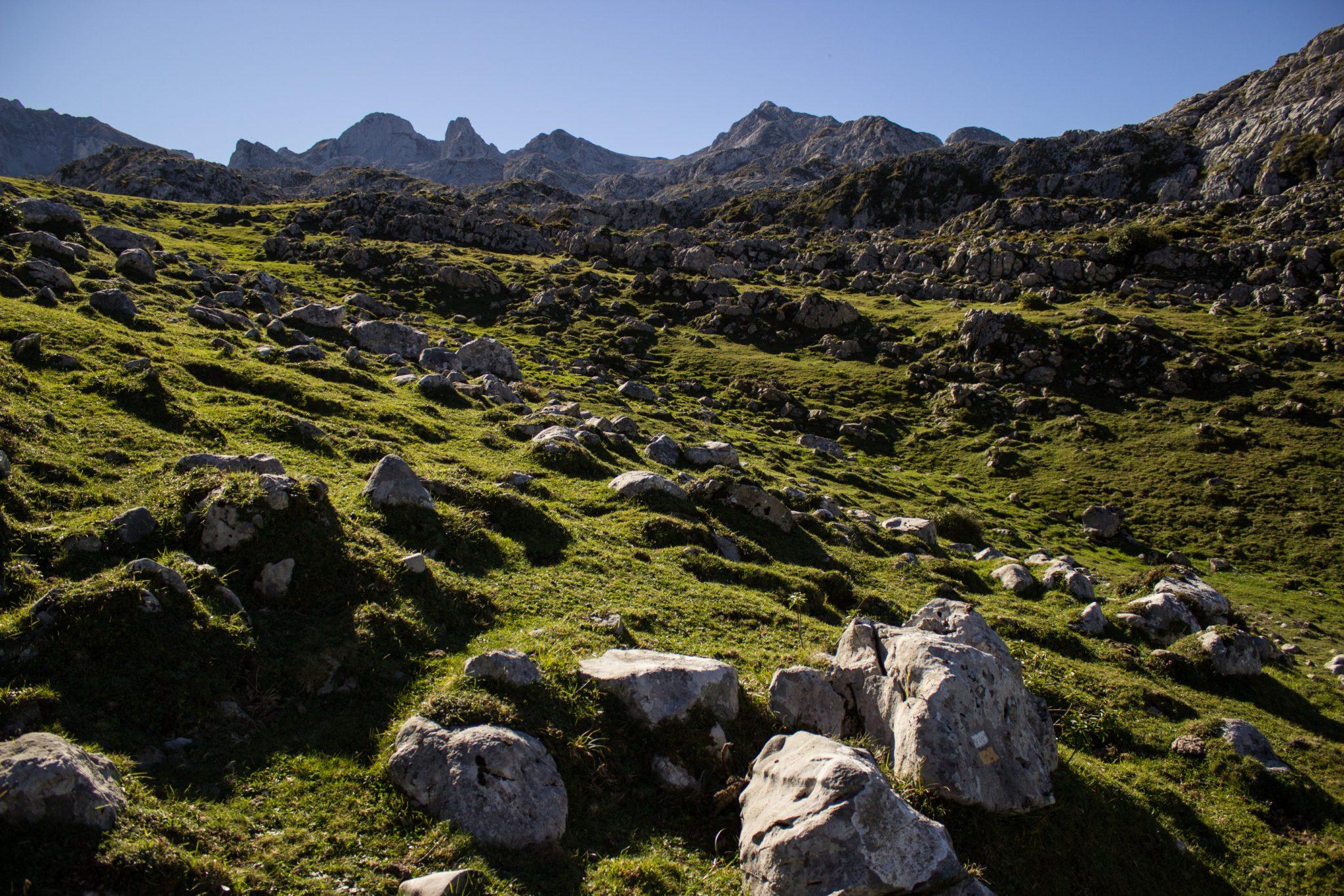Wanderung Mirador de Ordiales Picos de Europa Spanien, schöner schmaler und einsamer Wanderweg, verschiedenste Felsen, Aussicht auf Mirador de Ordiales