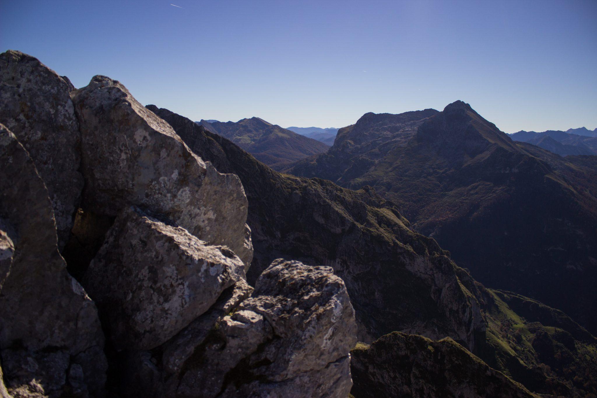 Wanderung Mirador de Ordiales Picos de Europa Spanien, sehr beeindruckende Sicht beim Ziel der Wanderung, dem Aussichtspunkt Mirador de Ordiales, Bergpanorama, riesige Felsen