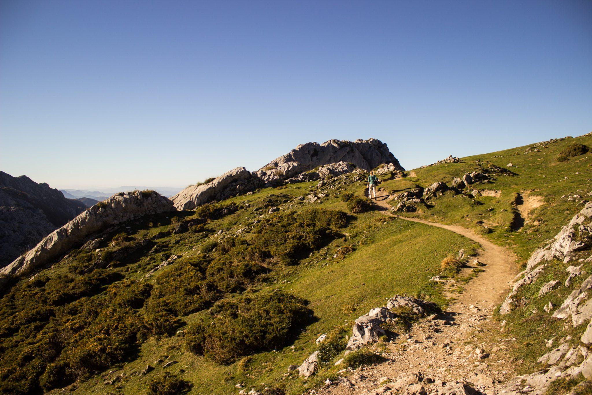 Wanderung Mirador de Ordiales Picos de Europa Spanien, schöner sehr schmaler und einsamer Wanderweg in Bergregion am Hang