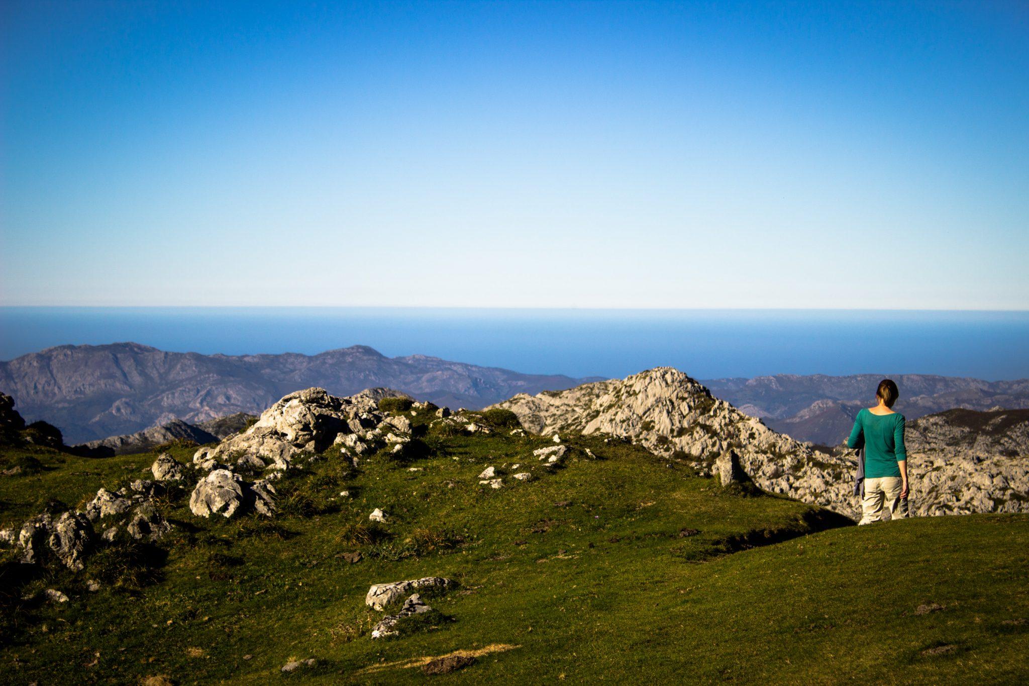 Wanderung Mirador de Ordiales Picos de Europa Spanien, schöner sehr schmaler und einsamer Wanderweg in Bergregion am Hang, Aussicht bis auf das Meer, atlantischer Ozean, Nationalpark im Norden Spaniens