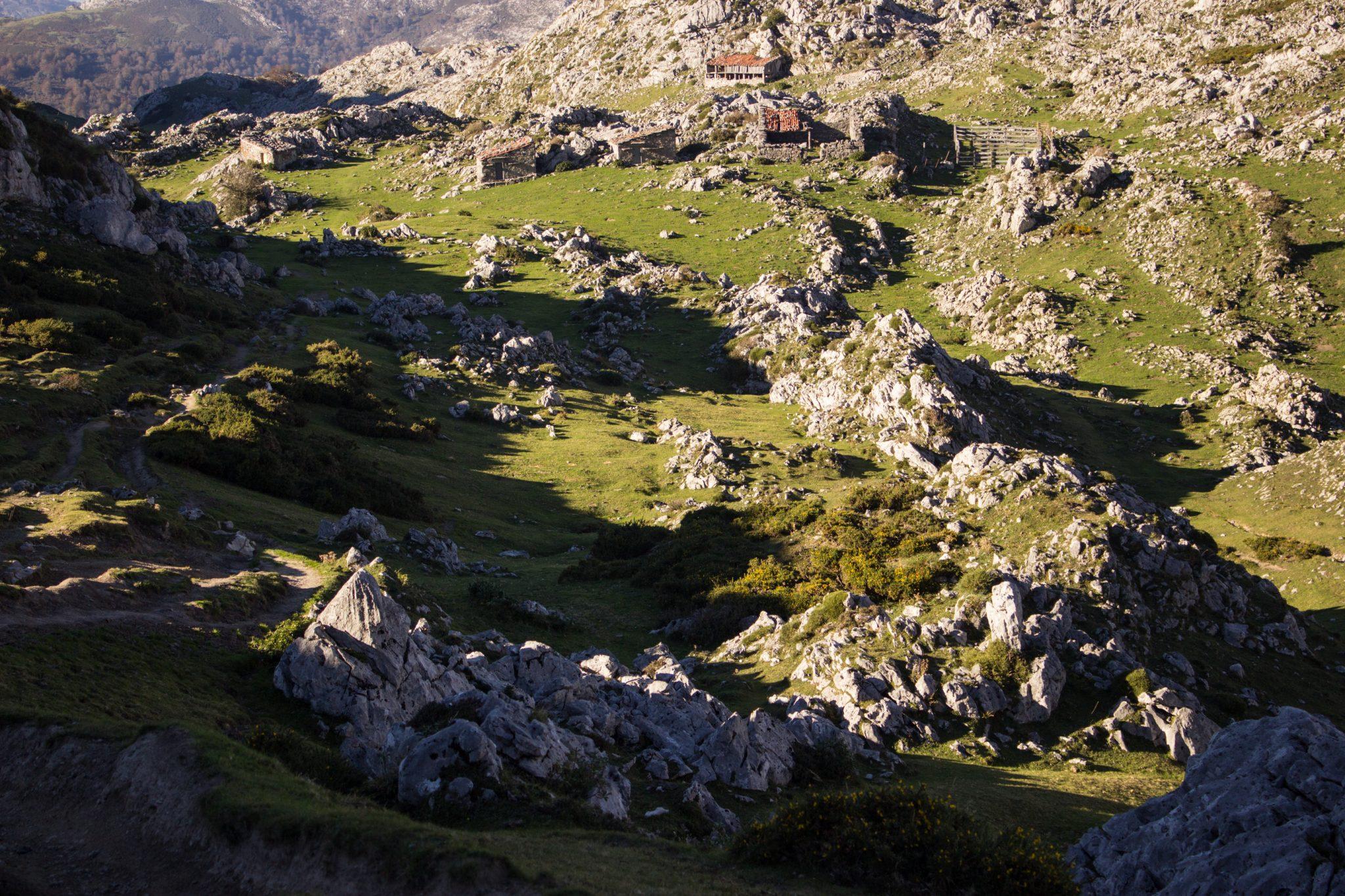 Wanderung Mirador de Ordiales Picos de Europa Spanien, schöner sehr schmaler und einsamer Wanderweg in Bergregion, Felsen und zerklüftete Steine, alte zerfallene Häuser, Nationalpark im Norden Spaniens