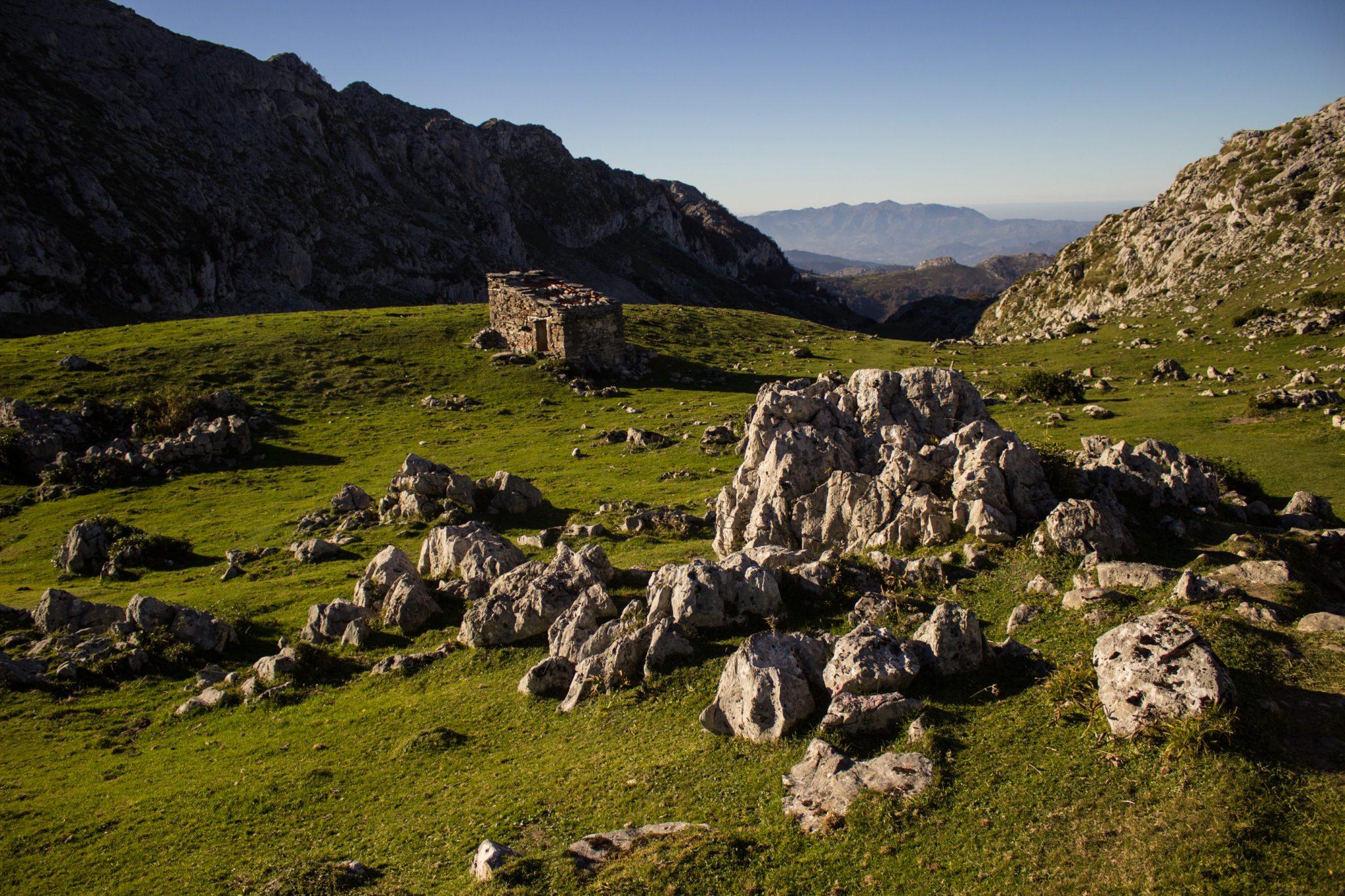 Wanderung Mirador de Ordiales Picos de Europa Spanien, schöner sehr schmaler und einsamer Wanderweg in Bergregion, Felsen und zerklüftete Steine, saftig grüne Wiesen, Nationalpark im Norden Spaniens