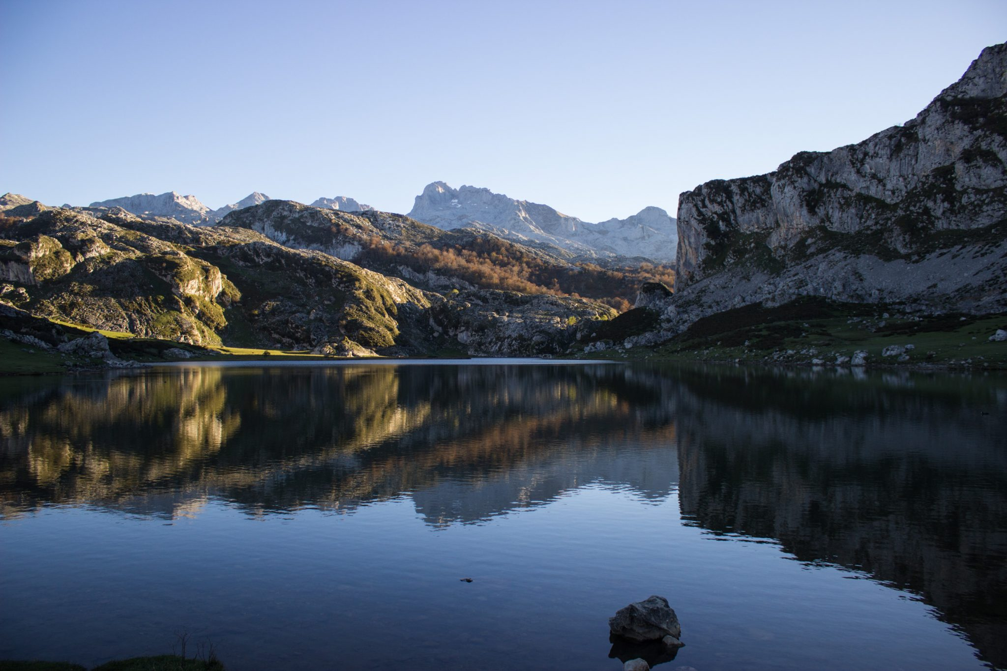 Wanderung Mirador de Ordiales Picos de Europa Spanien, schöner See, Lagos de Covadonga, Felsen spiegeln sich im glatten Wasser