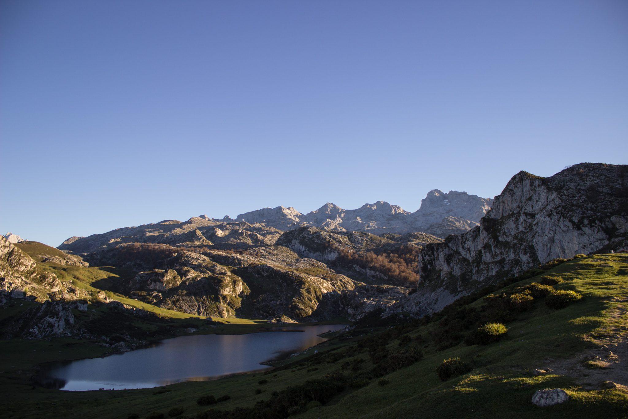 Wanderung Mirador de Ordiales Picos de Europa Spanien, schöner See, Lagos de Covadonga, klares glattes Wasser, saftig grüne Wiese, Berge, strahlender Sonnenschein, schönstes Wanderwetter Ende Oktober, Nationalpark Picos de Europa im Norden Spaniens