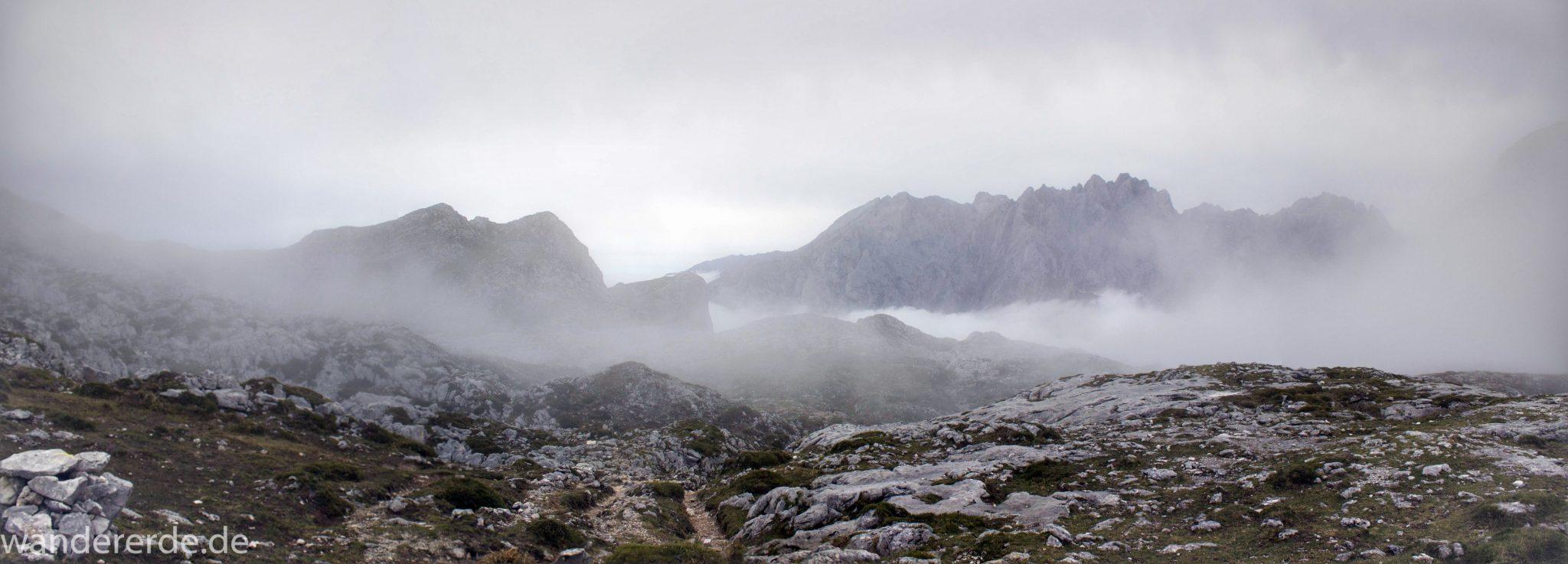 Wanderung Vega de Ario Picos de Europa Spanien, dichte Wolken, Bergregion in Nordspanien, Wandern, zerklüftete Felsen, Steine, schmaler Wanderpfad, Berge in Wolken, atmosphärisch