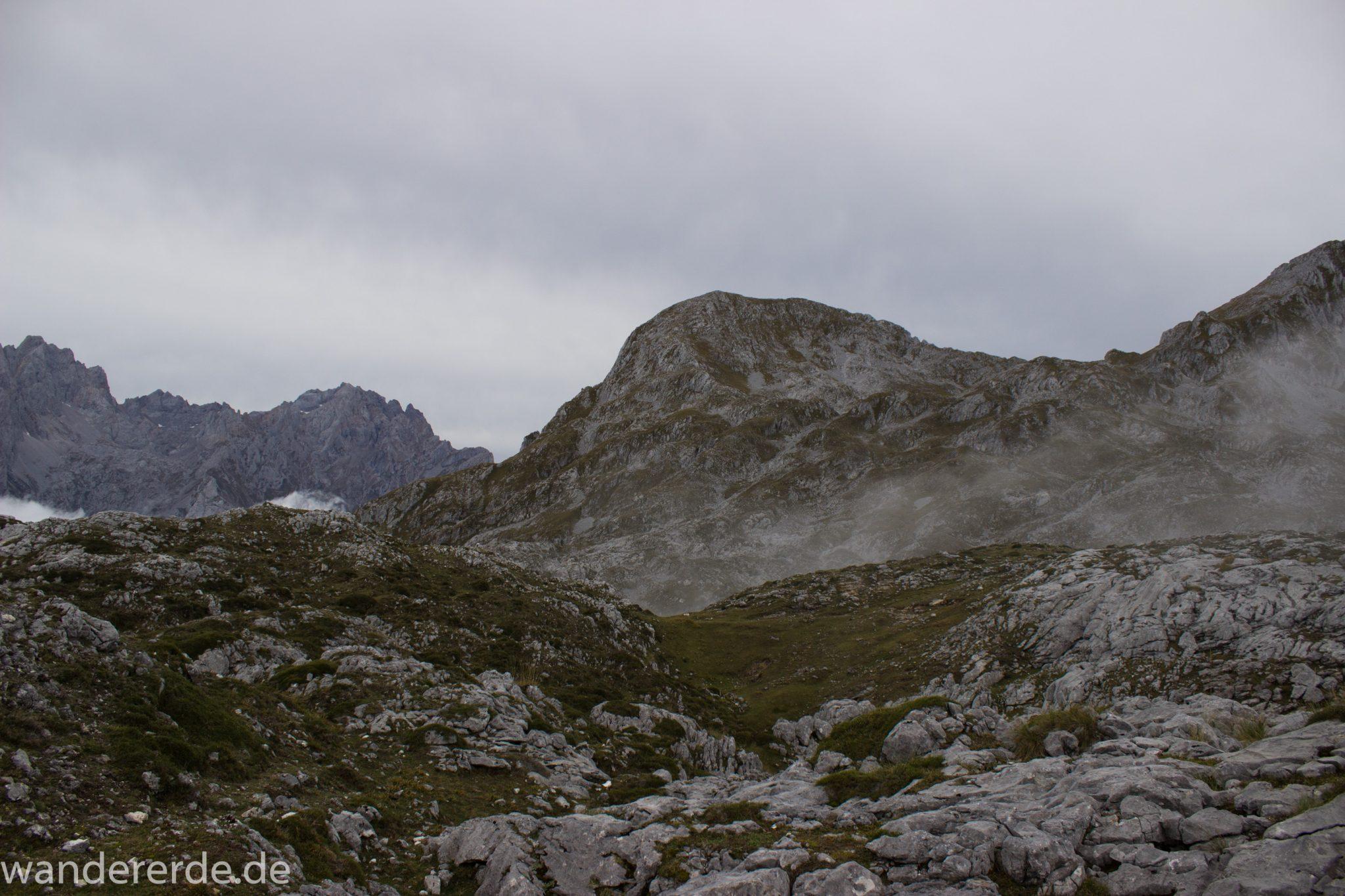 Wanderung Vega de Ario Picos de Europa Spanien, dichte Wolken, Bergregion in Nordspanien, Wandern, zerklüftete Felsen, Steine, schmaler Wanderpfad, Wolken, atmosphärisch